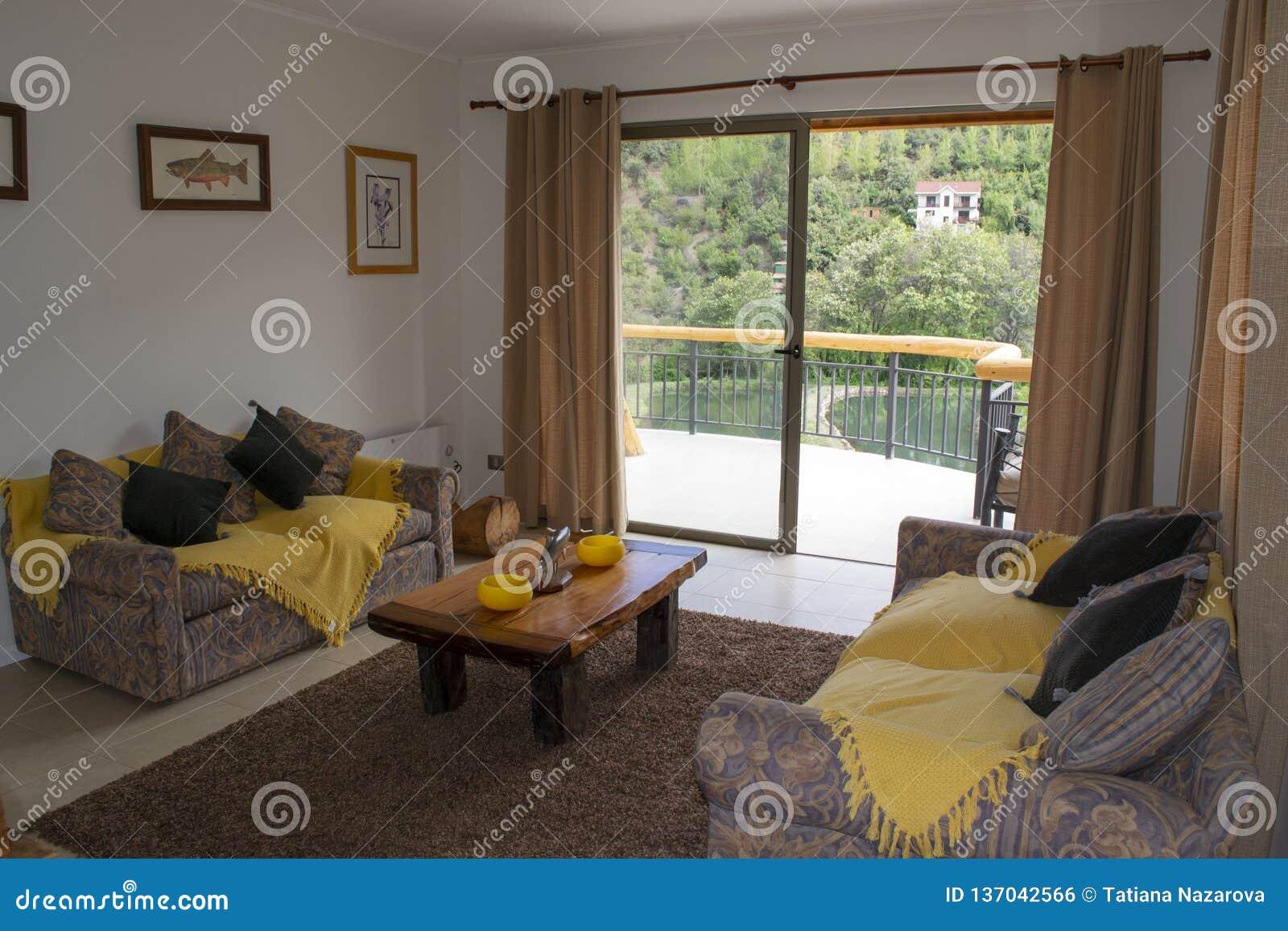 Живущая комната с горными видами