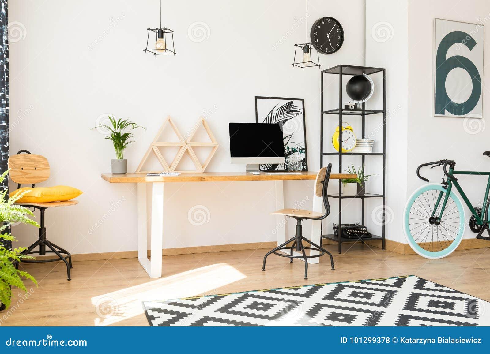 Живущая комната с рабочой зоной