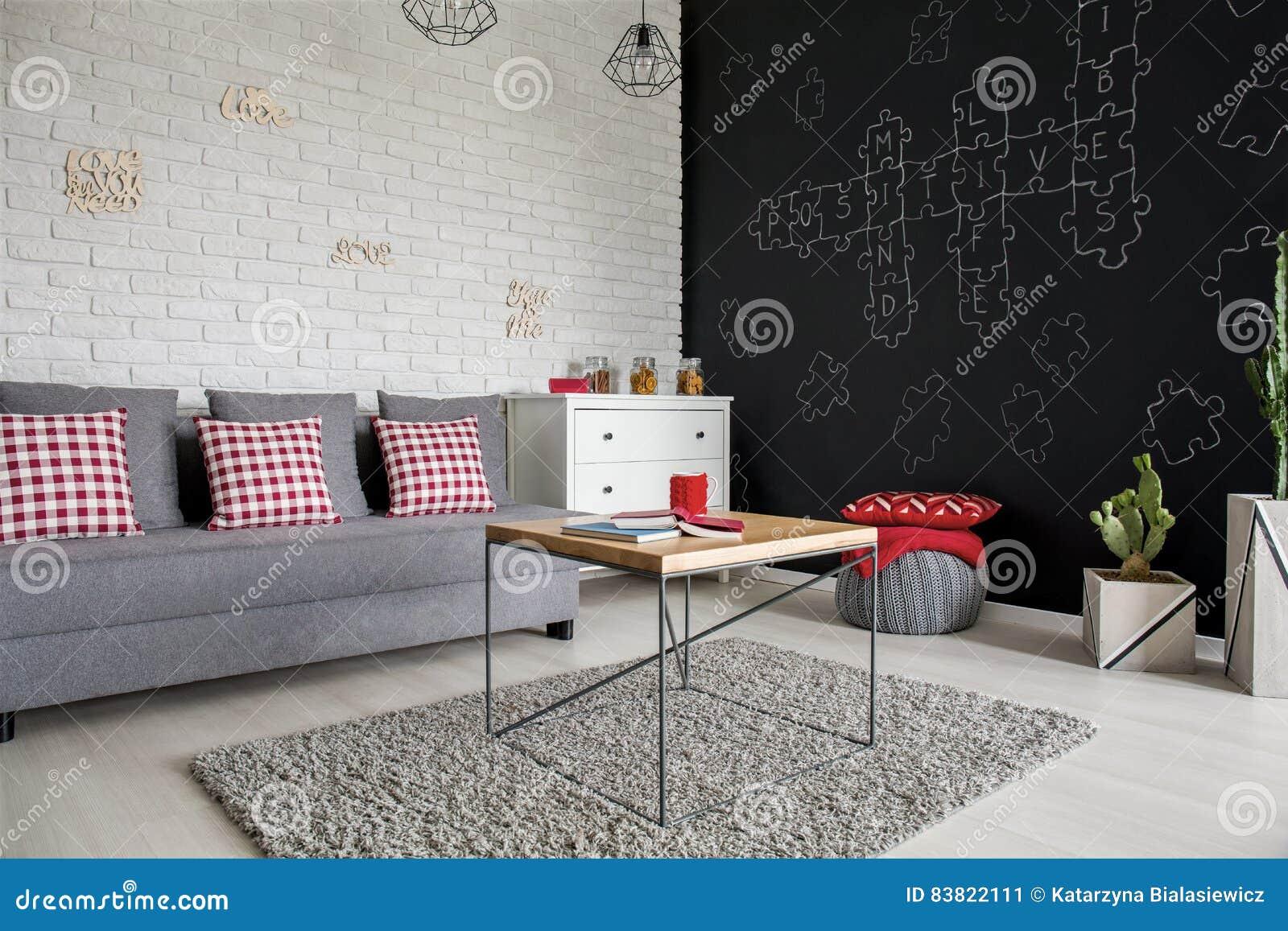 Живущая комната с стеной классн классного