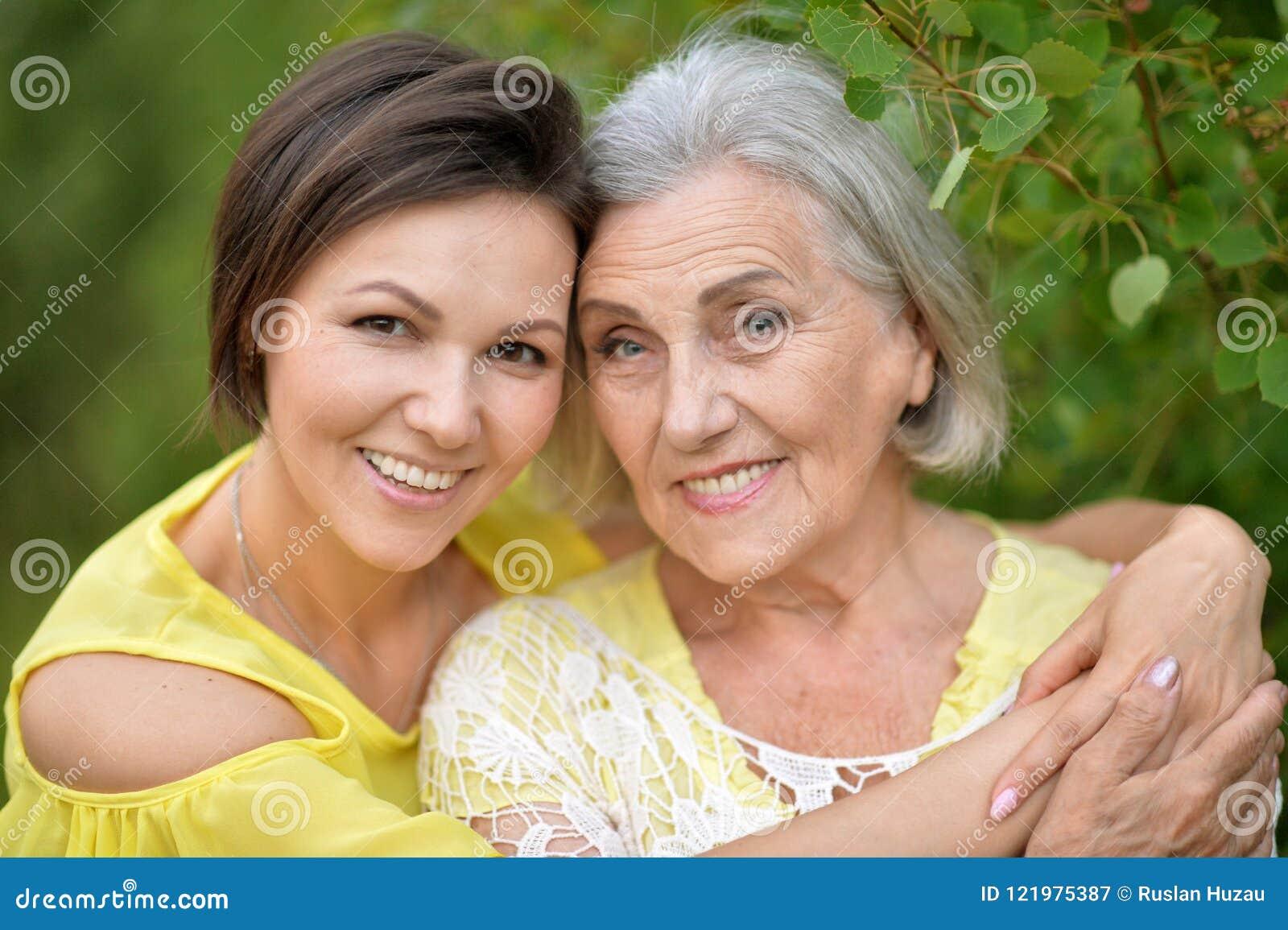 Жизнерадостная дочь матери и взрослого