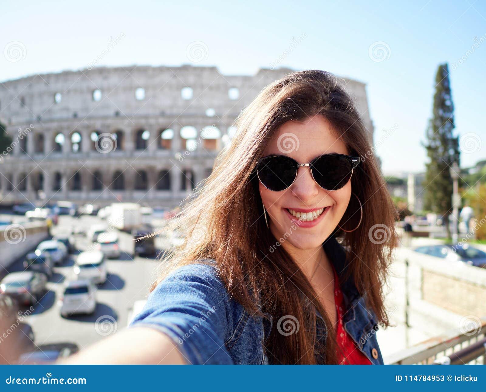 Жизнерадостное брюнет в солнечных очках усмехаясь на камере