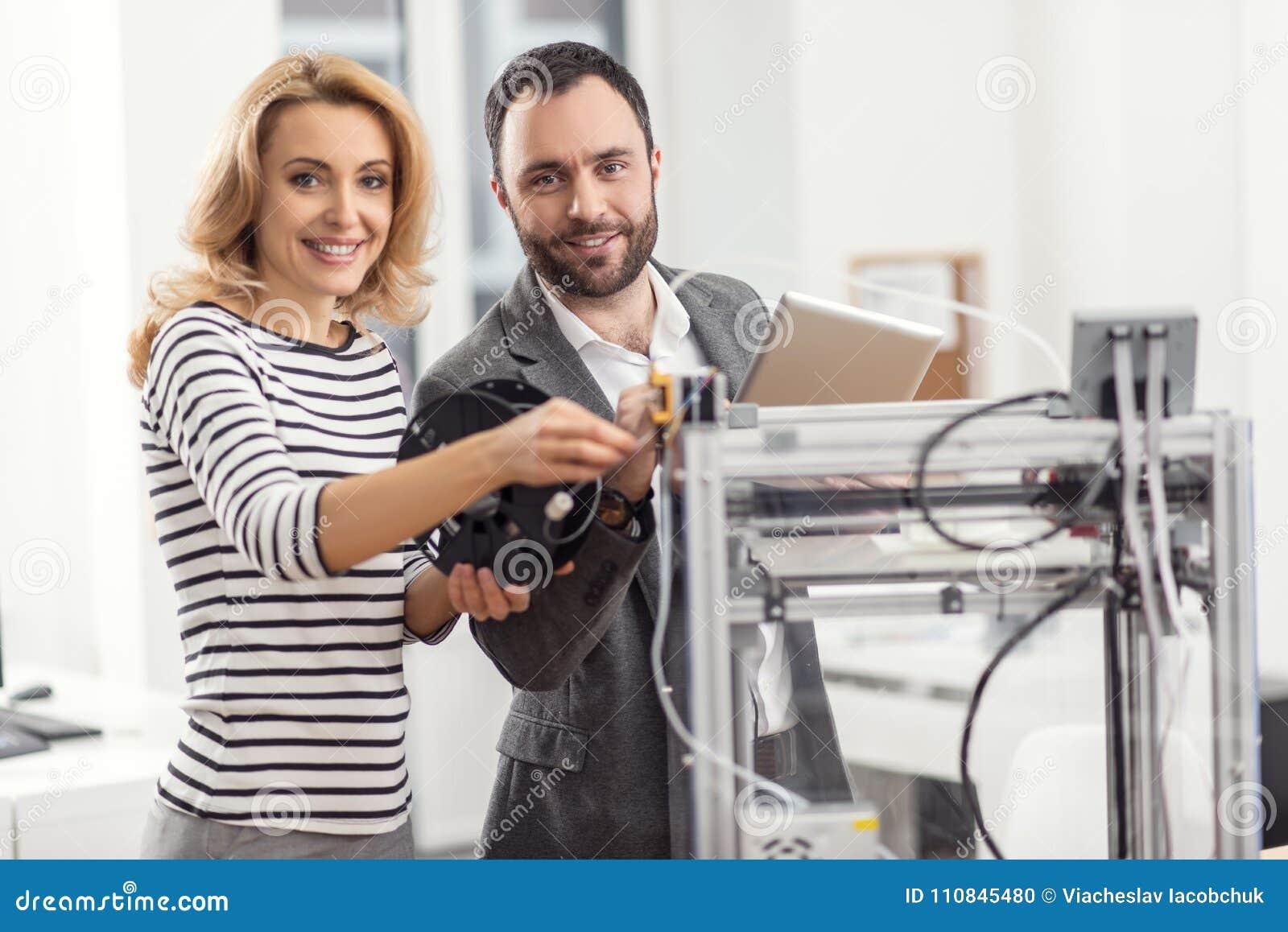 Жизнерадостные коллеги представляя пока вводящ нить