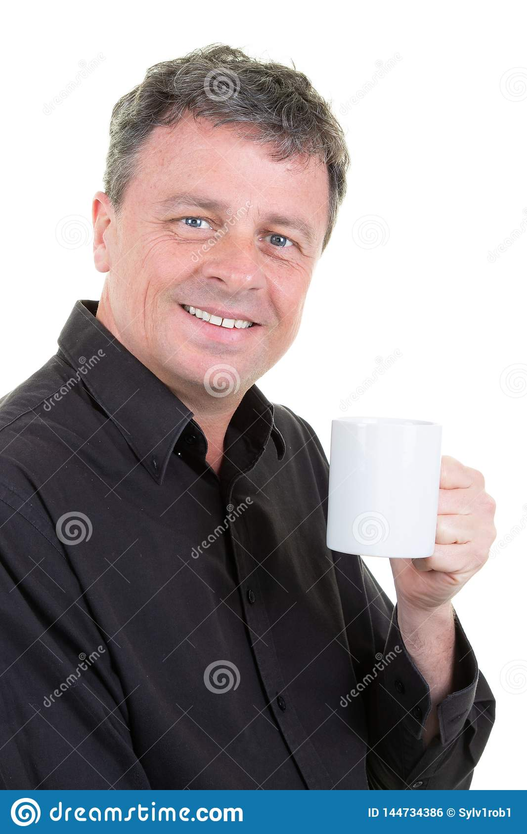 Жизнерадостный бизнесмен с чаем кружки чашки кофе наслаждается с голу