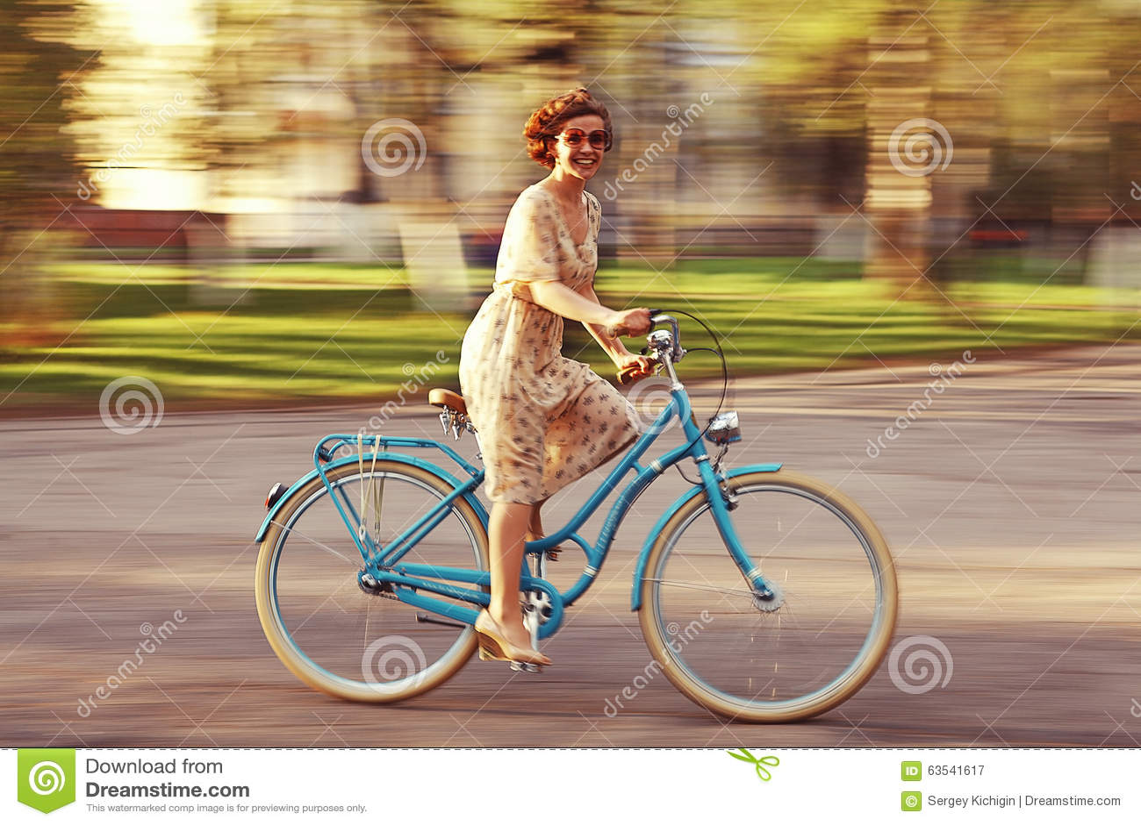 Жизнерадостная девушка на велосипеде