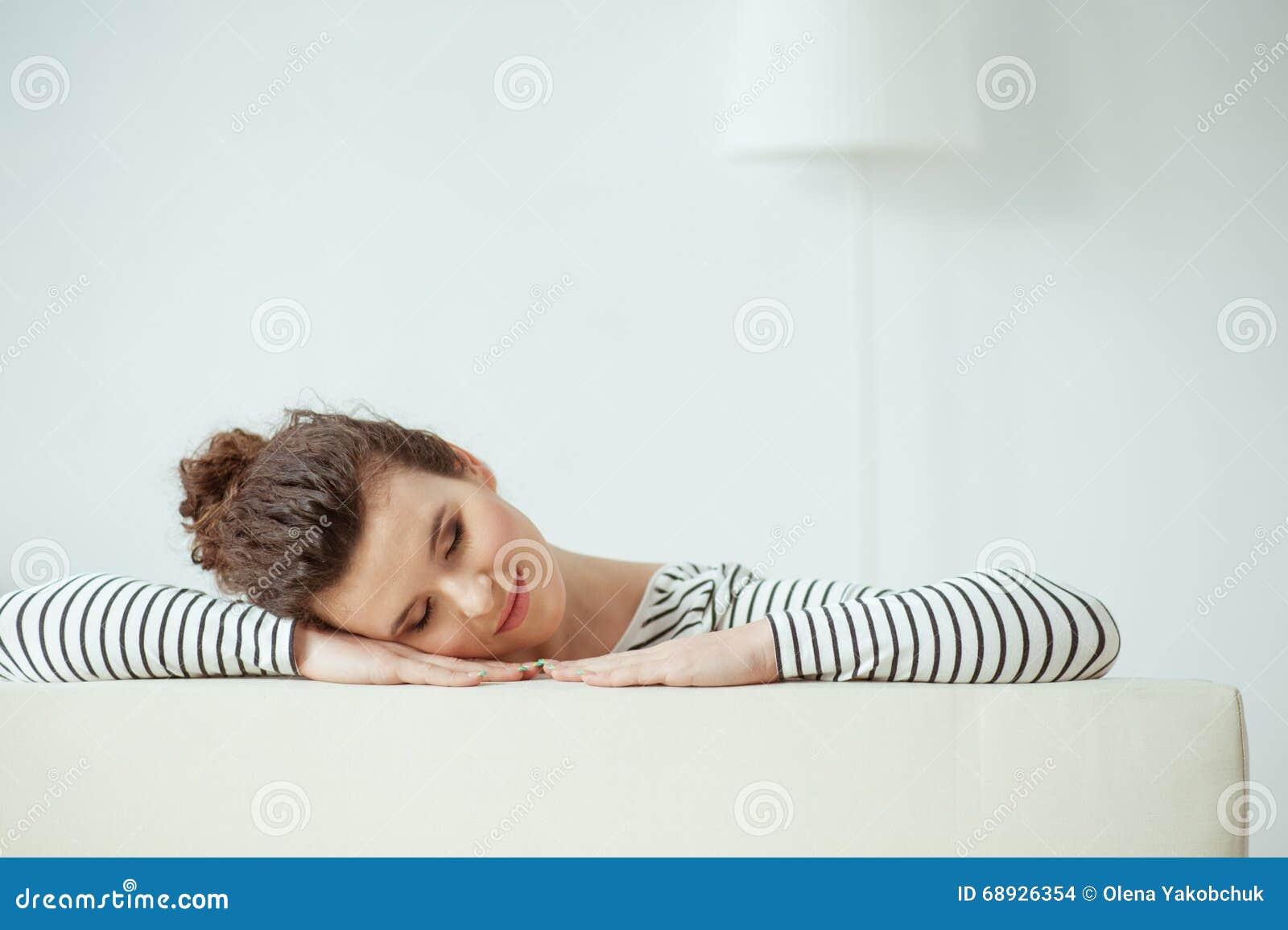 Жизнерадостная девушка отдыхает в ее квартире