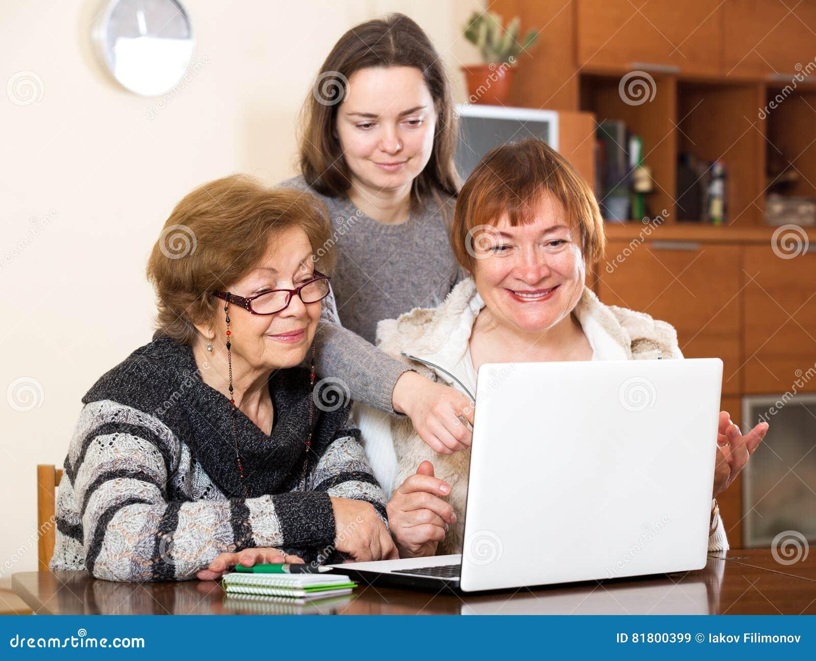 Жизнерадостная девушка помогая старшим женщинам