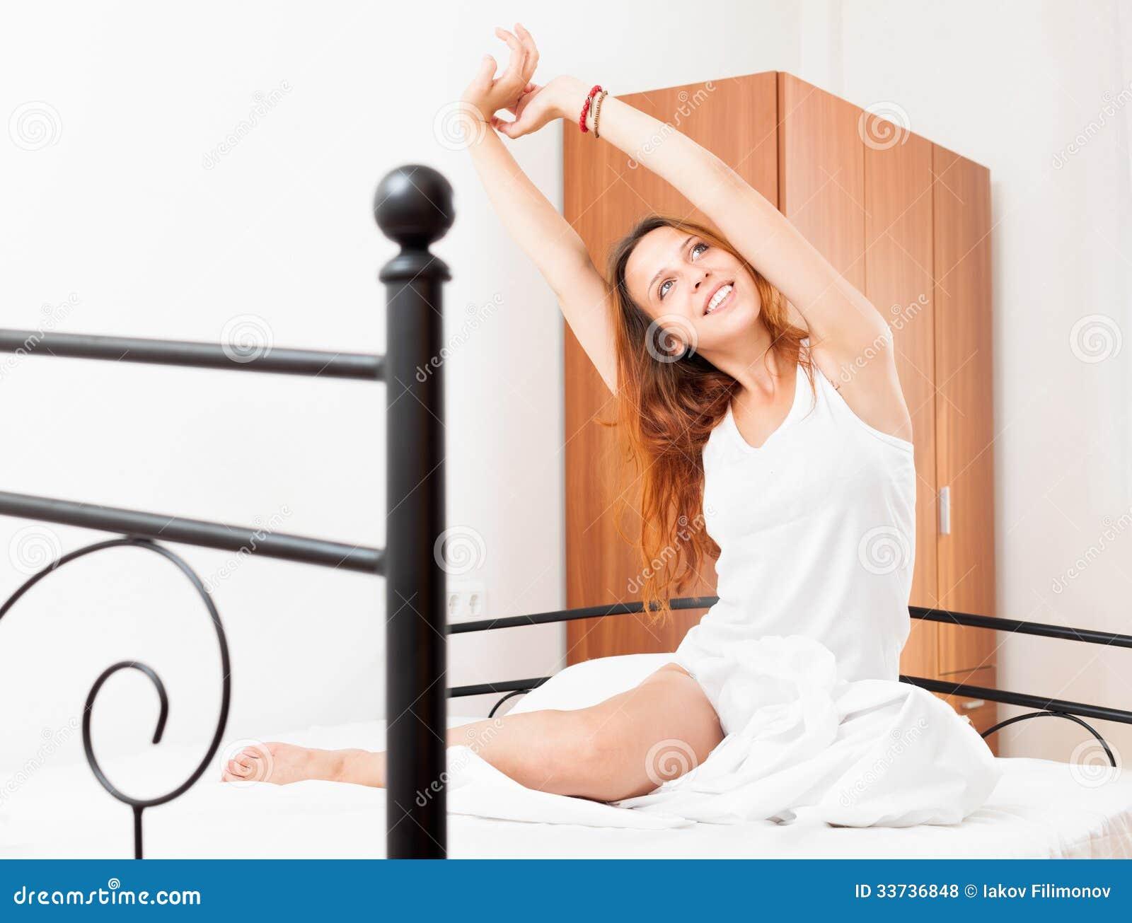 Жизнерадостная женщина просыпаясь дома