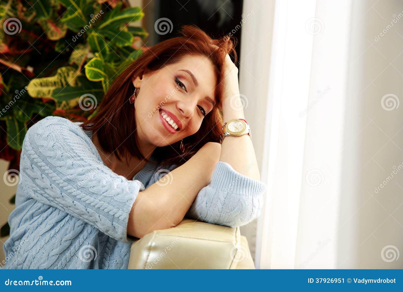 Жизнерадостная склонность женщины на софе