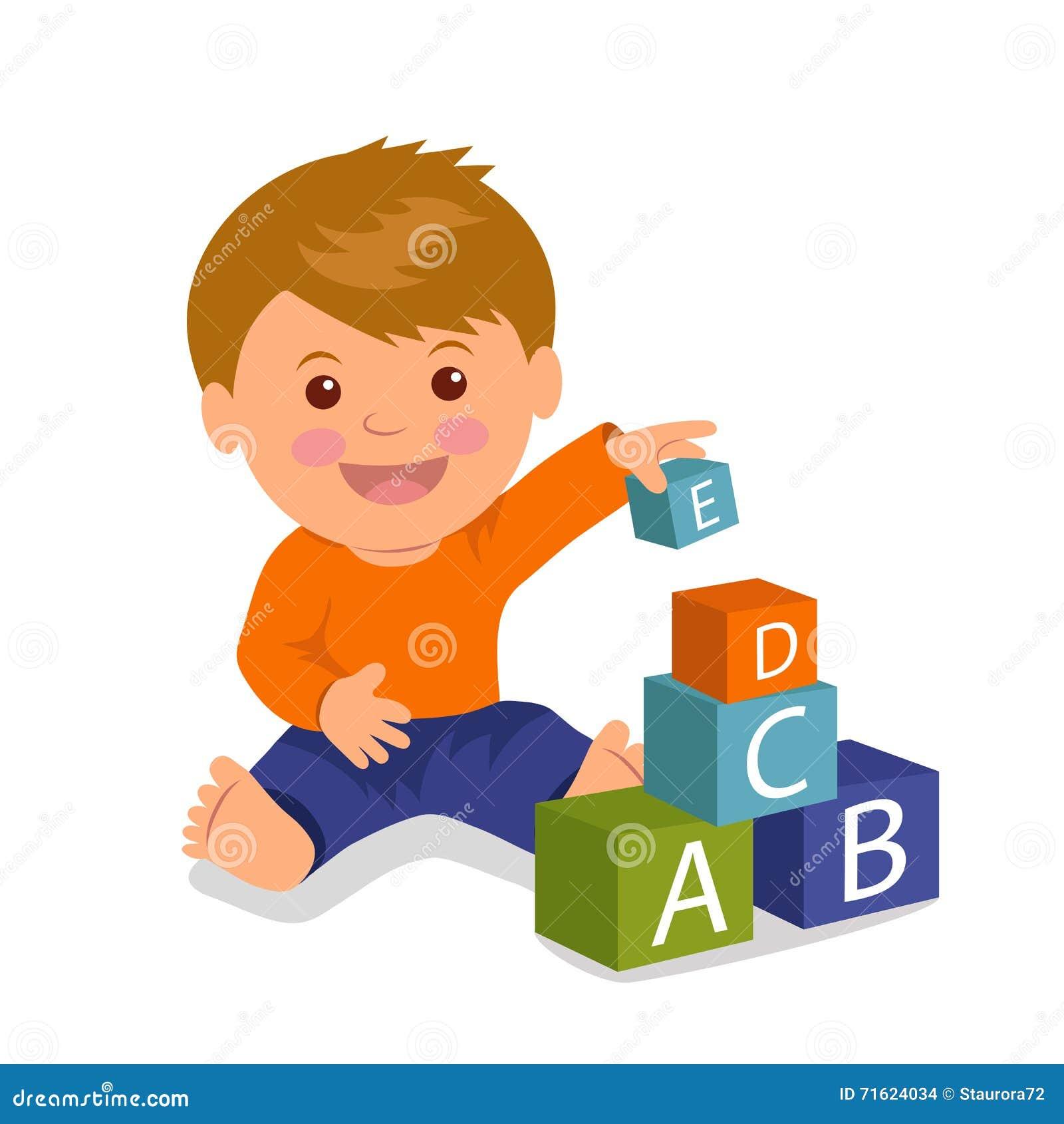 Жизнерадостное усаживание малыша собирает пирамиду покрашенных кубов Разработка концепции и образование маленьких ребеят