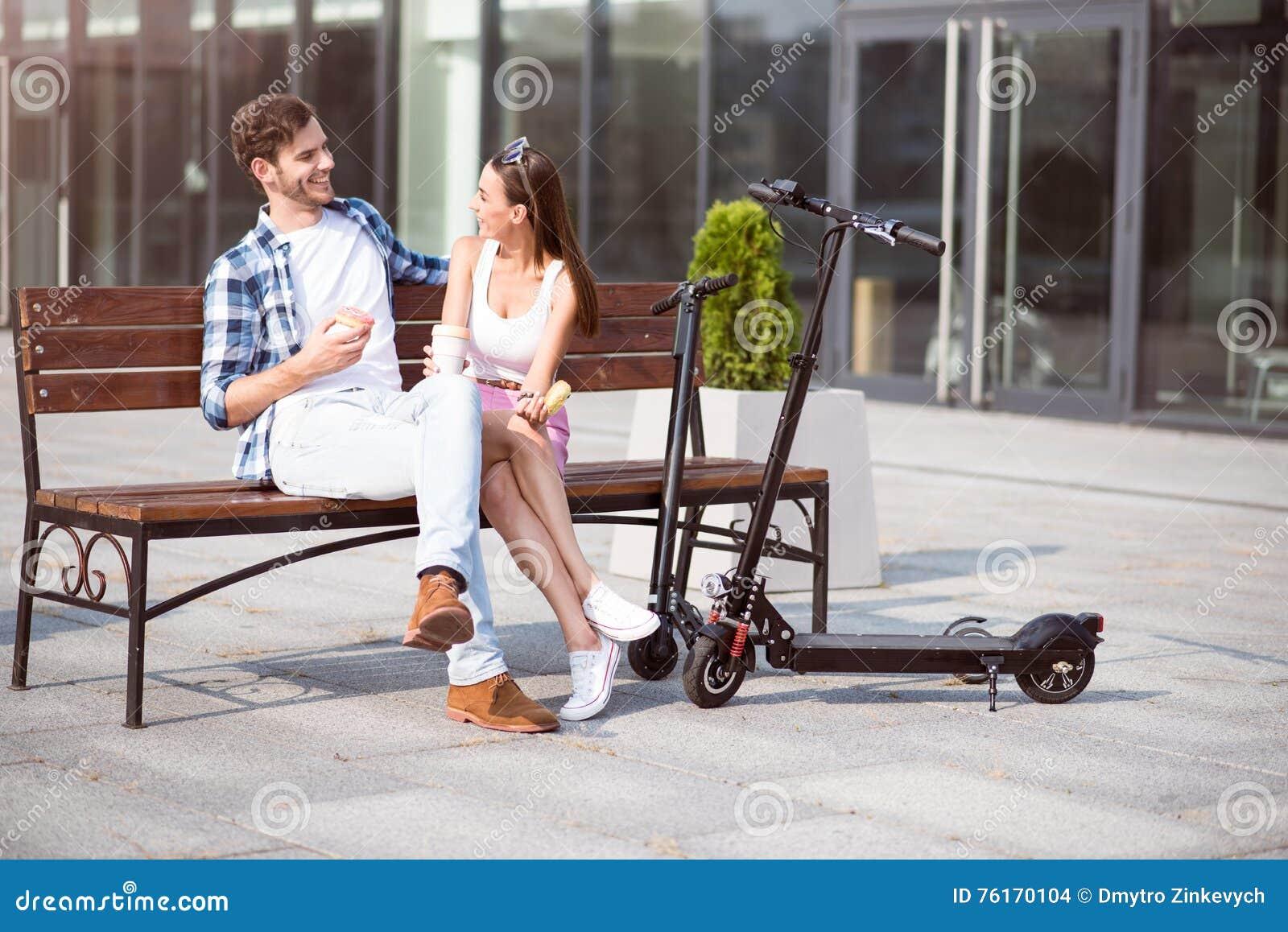 Жизнерадостные друзья отдыхая на стенде