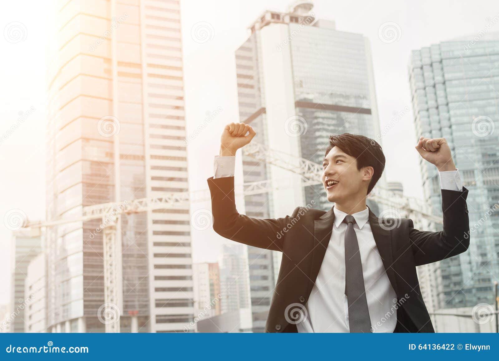 Жизнерадостный азиатский бизнесмен