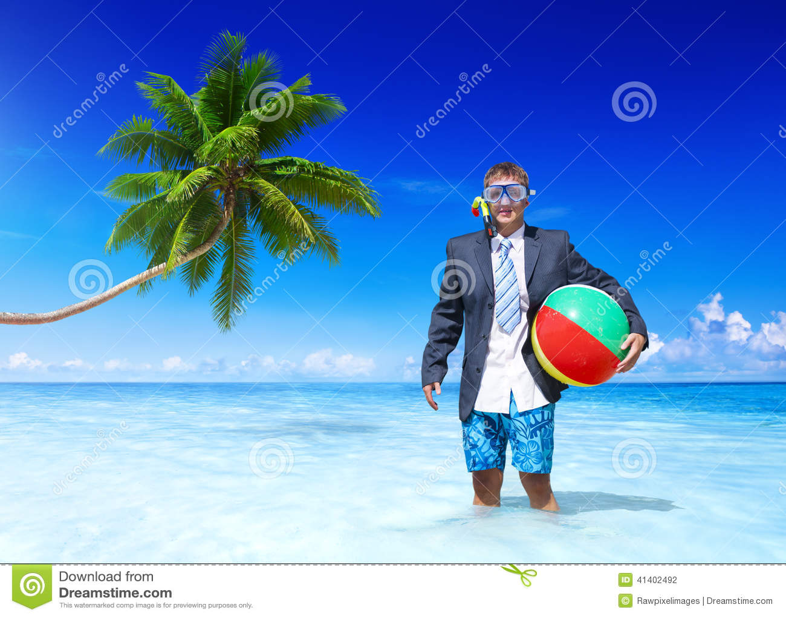 Жизнерадостный бизнесмен ослабляя на каникулах