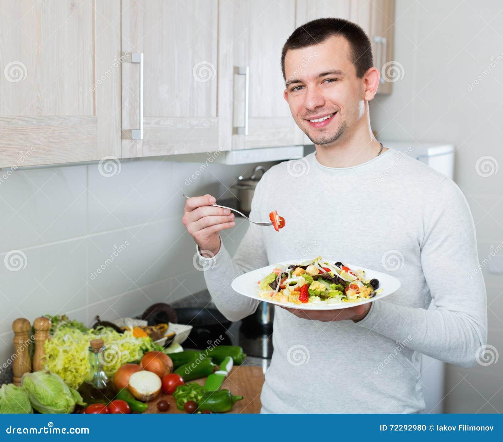 Download Жизнерадостный красивый человек держа плиту Стоковое Фото - изображение насчитывающей здорово, кухня: 72292980