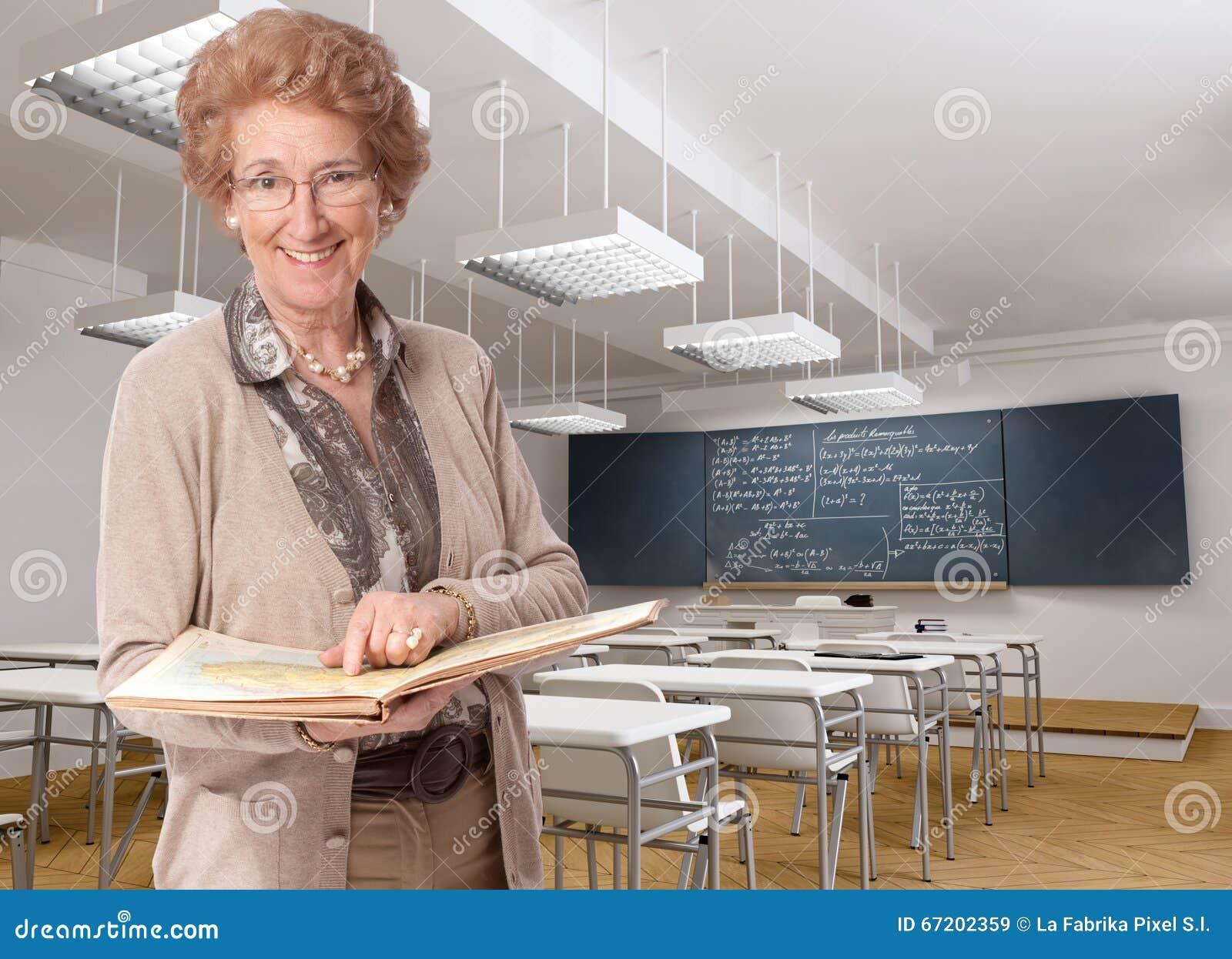 Жизнерадостный старший учитель указывая к книге