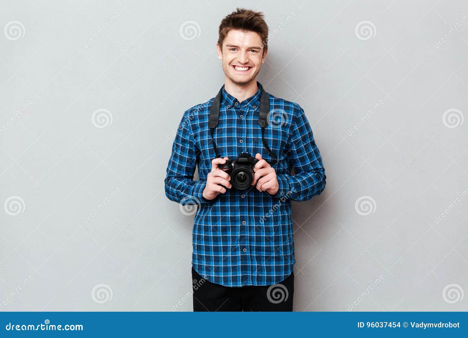 Жизнерадостный человек с представлять камеры