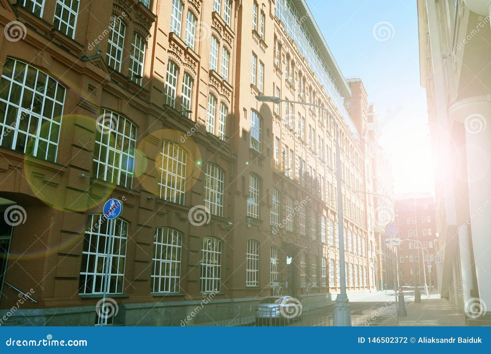 Жилой дом на улице затопленной с солнечным светом, Москве, России