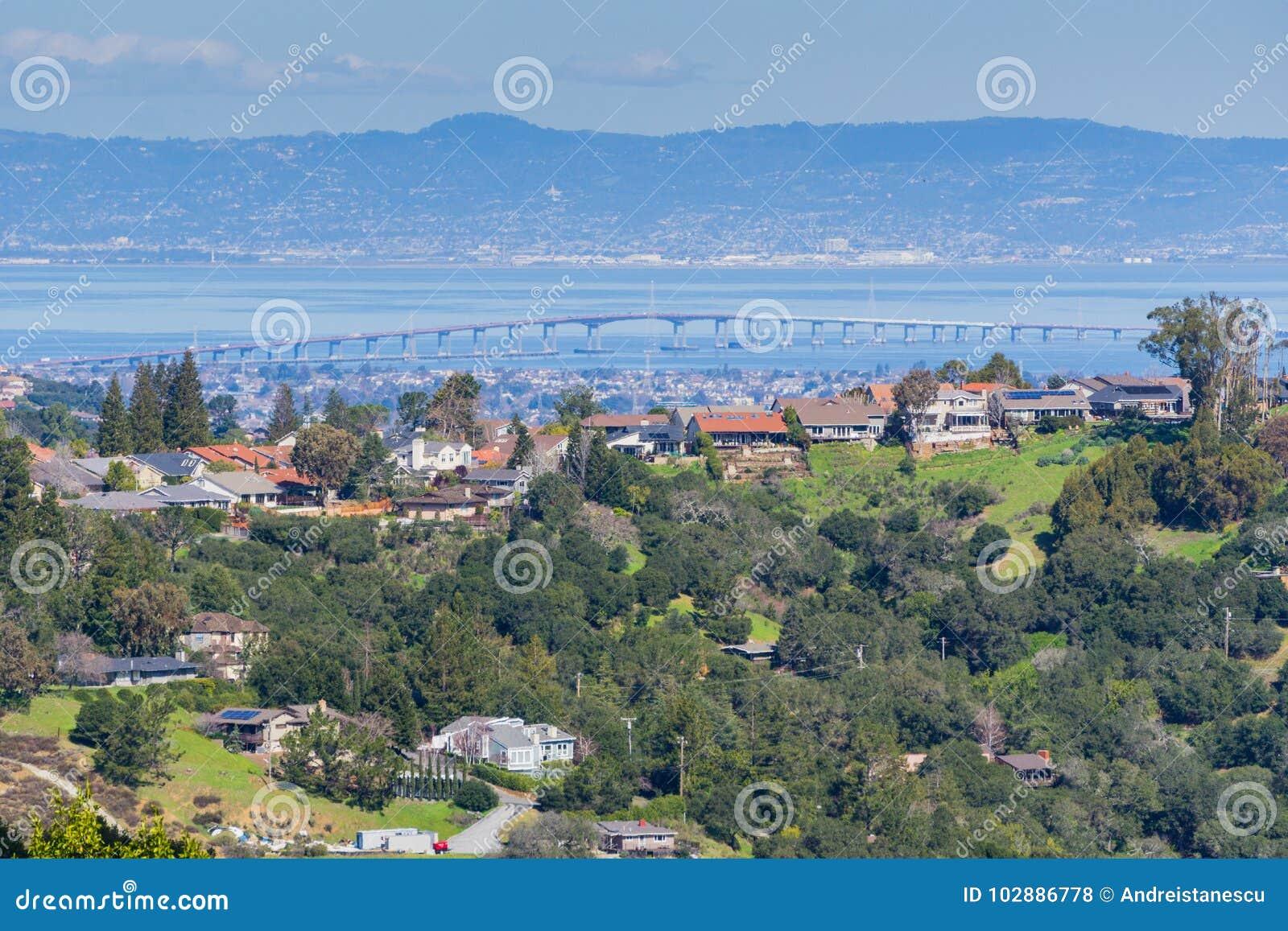 Жилой район на холмах полуострова Сан-Франциско, моста Кремниевой долины, San Mateo на заднем плане, Калифорния