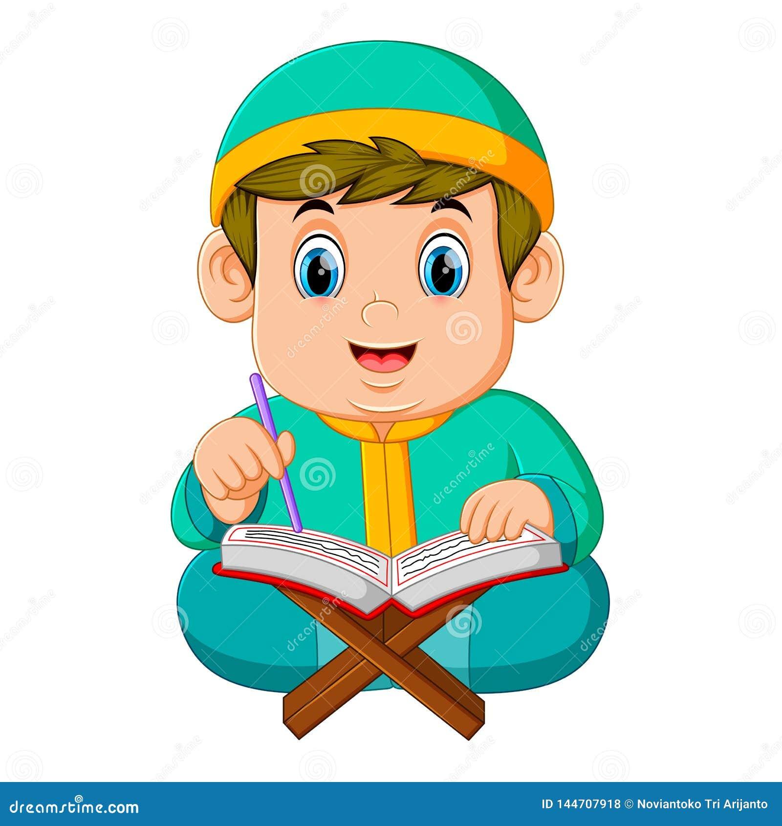 Жирный мальчик с зеленым caftan читает Коран al