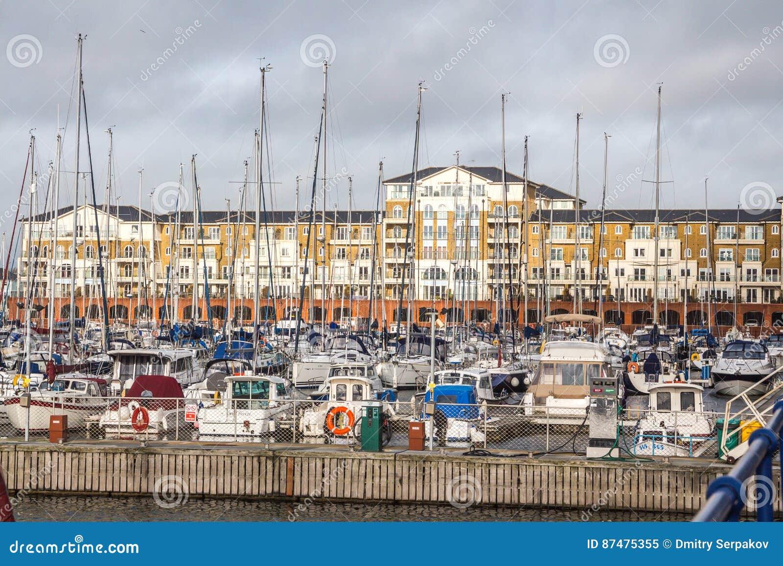 Жилой дом с местной гаванью яхты