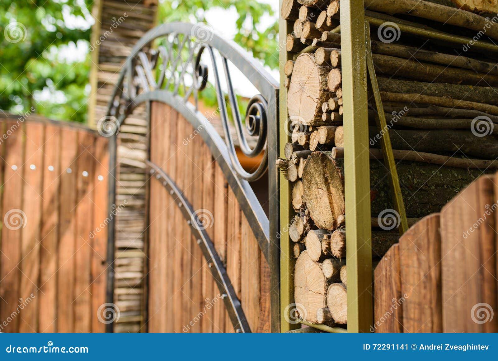 Download Журналы на деревянном стробе Стоковое Изображение - изображение насчитывающей backhoe, поколение: 72291141