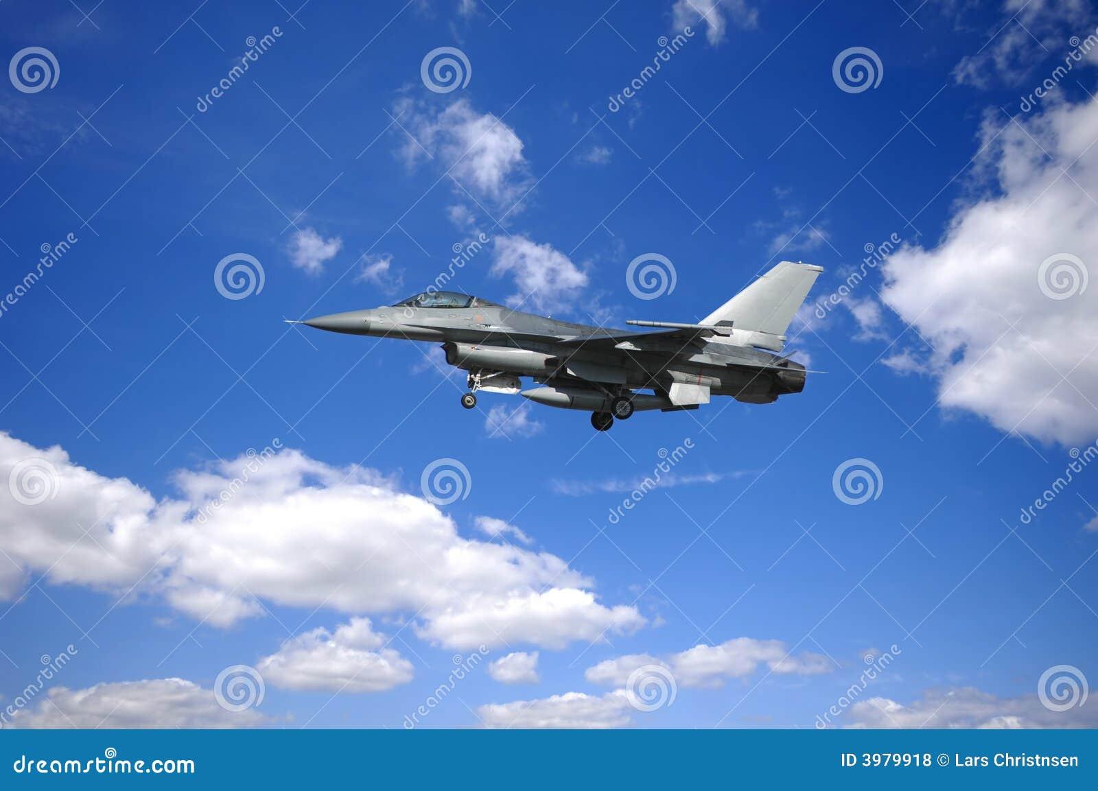 заволакивает военный самолёт