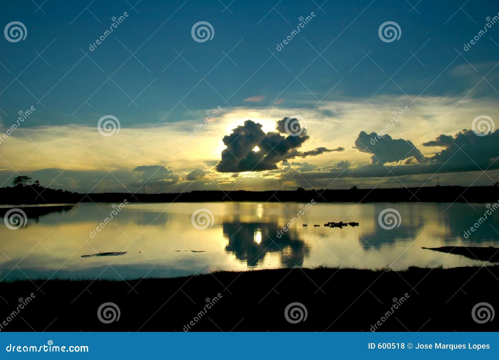 заволакивает озеро