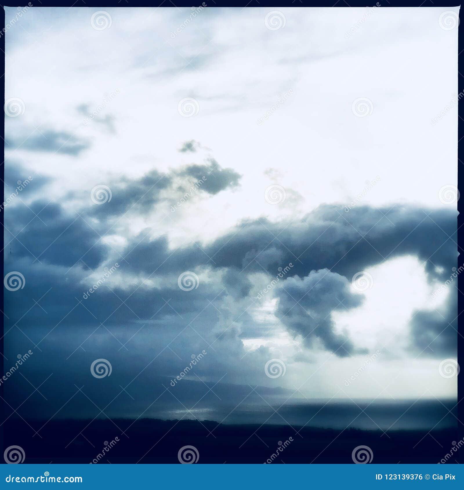 заволакивает темный драматический шторм