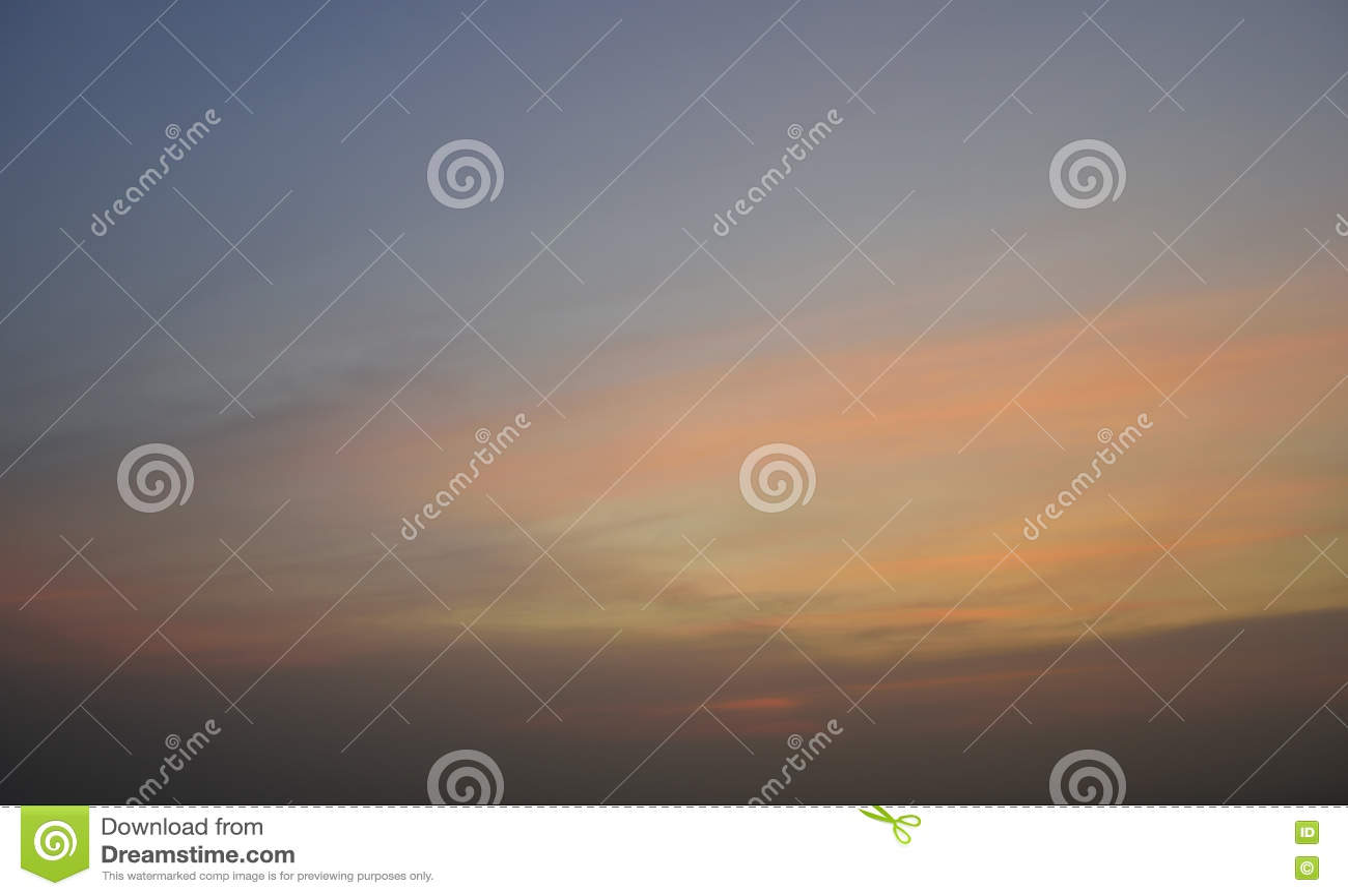 заволакивает заход солнца неба