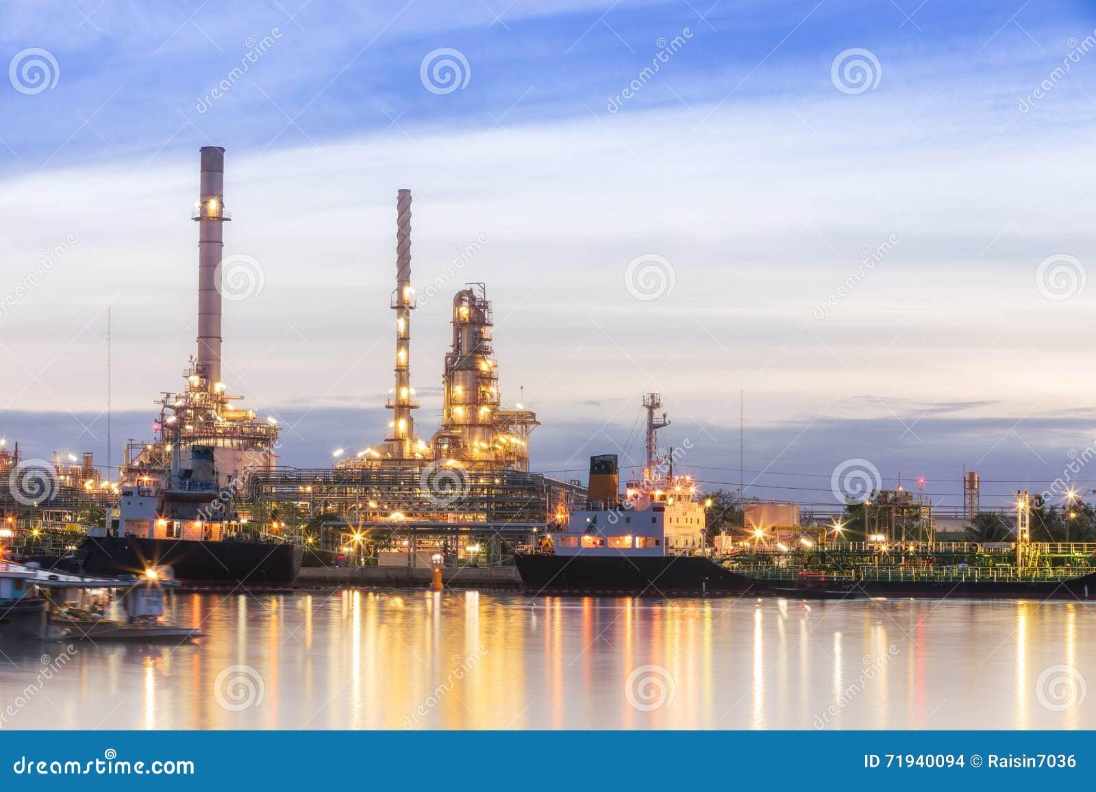 Завод нефтеперерабатывающего предприятия на сумерк с космосом экземпляра