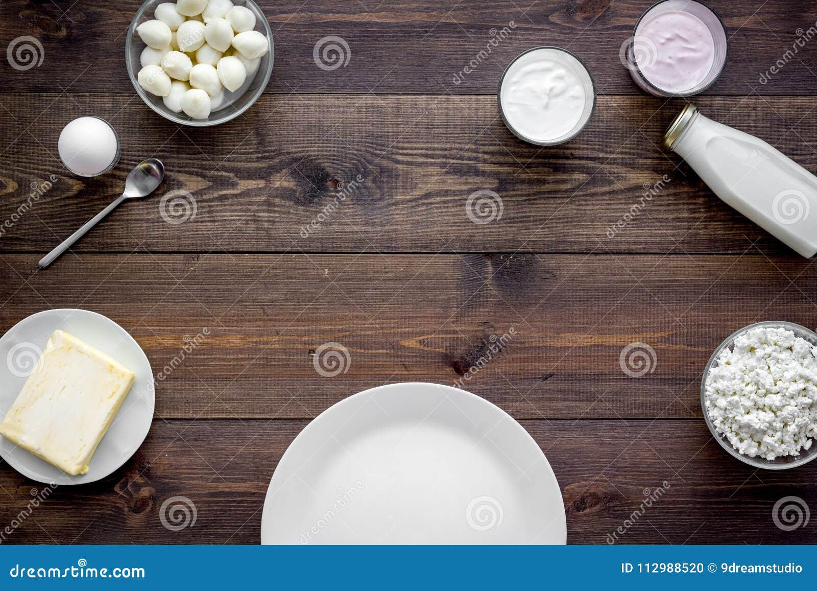 Завтрак на ферме с молочными продучтами Молоко, коттедж, сыр, yougurt на модель-макете взгляд сверху деревянного стола