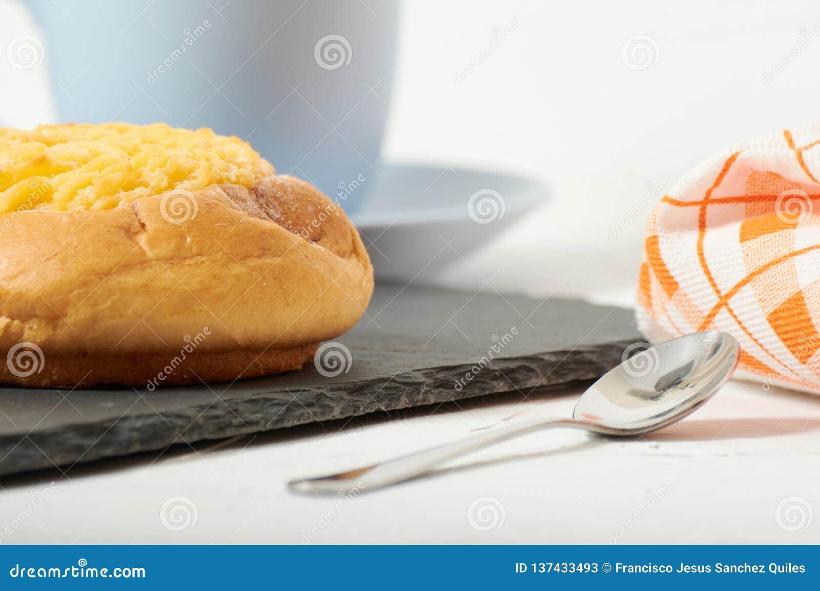 Завтрак плюшки сливк кокоса