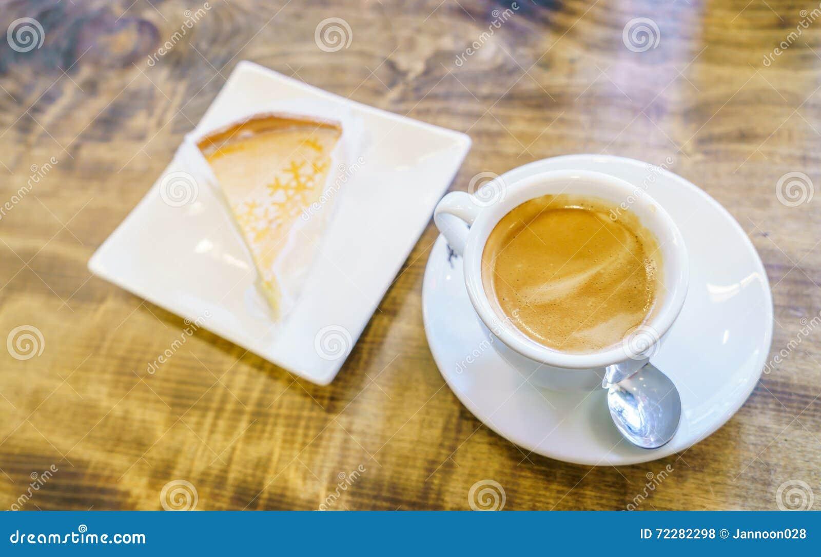 Download Завтрак с яблочным пирогом и кофе Стоковое Фото - изображение насчитывающей вкусно, отражение: 72282298