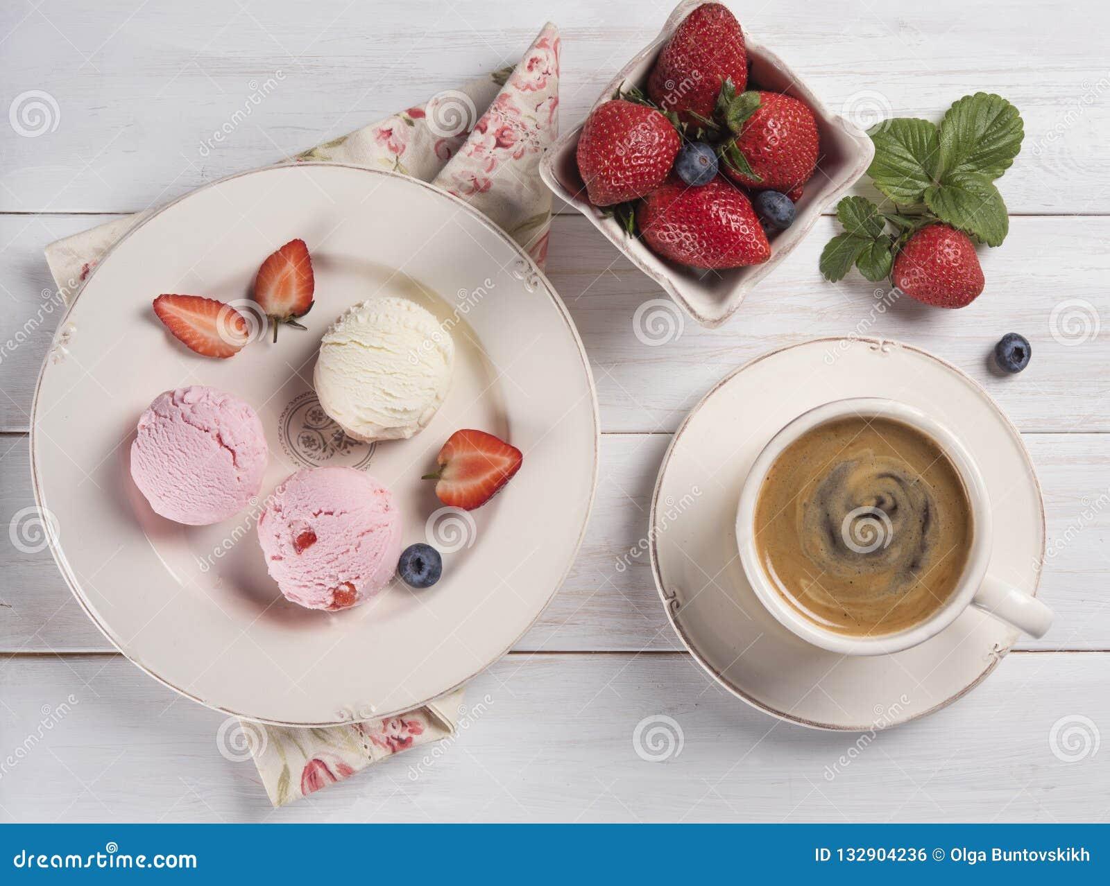 Завтрак утра эспрессо взгляда сверху кофе ванили и клубники мороженого деревенский