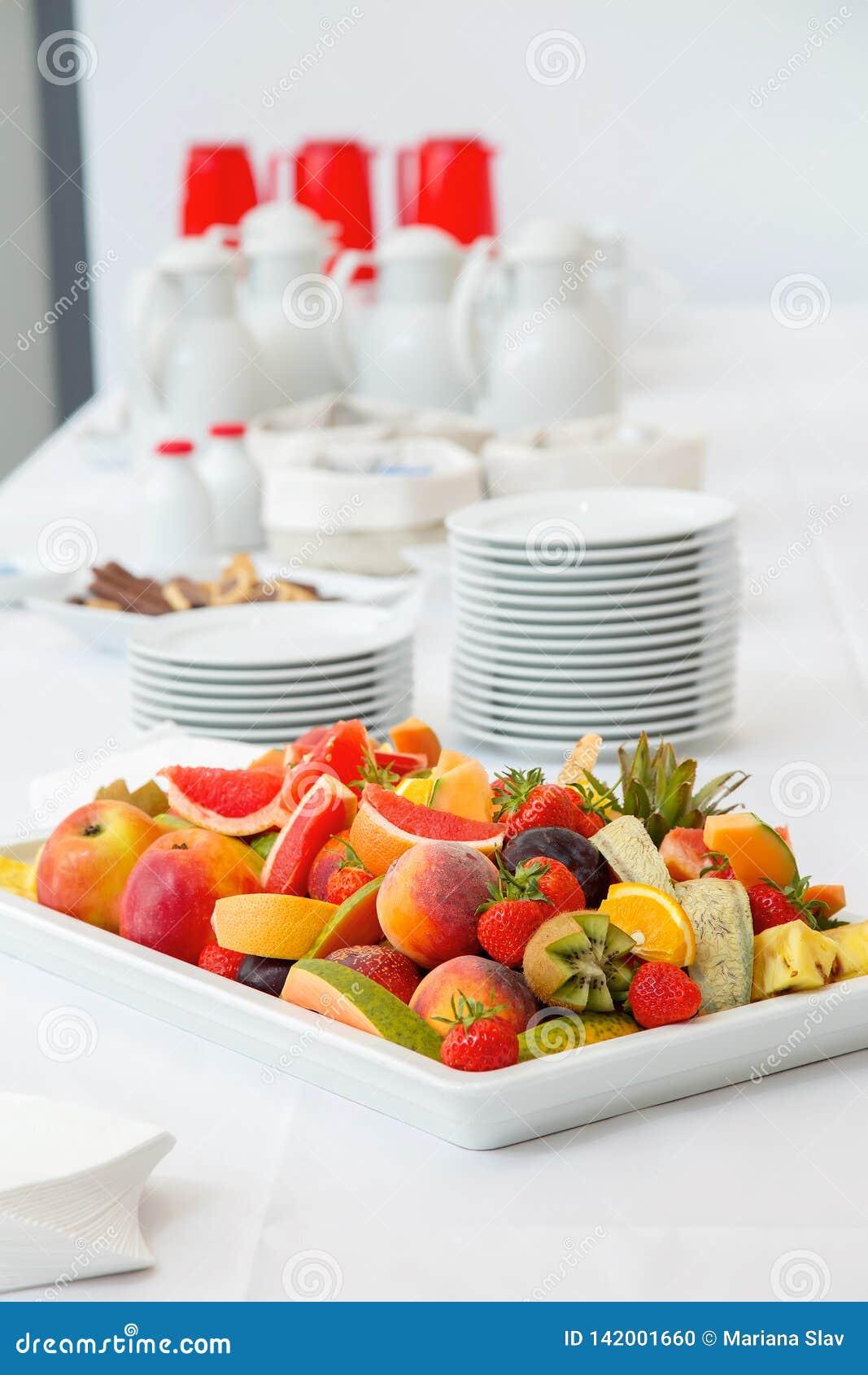 Завтрак шведский стол - плоды, кофе и чай