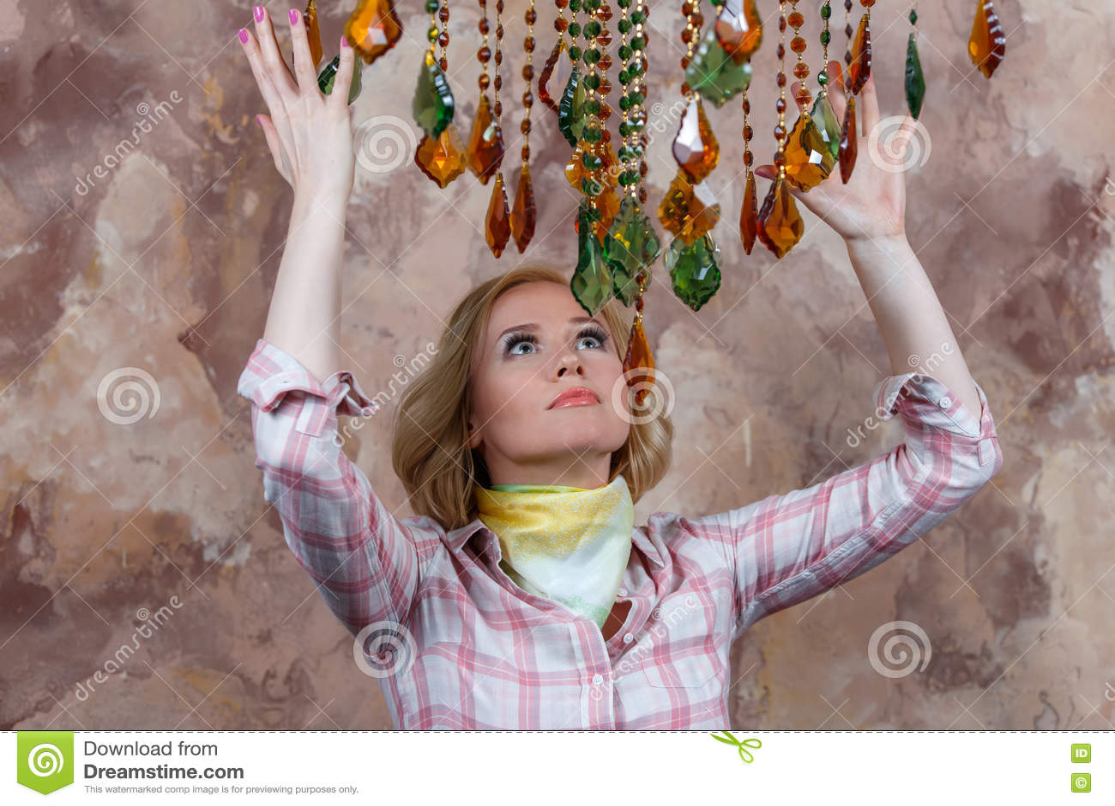 Загадочная молодая женщина делая ритуал с ее волшебными камнями
