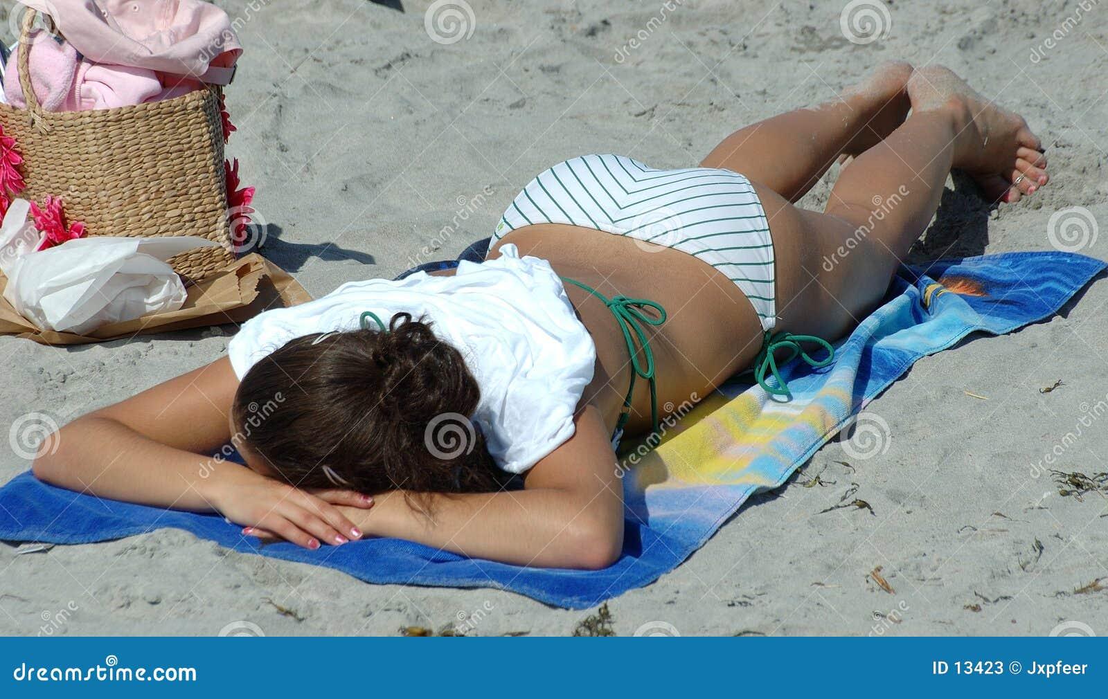 загорать пляжа
