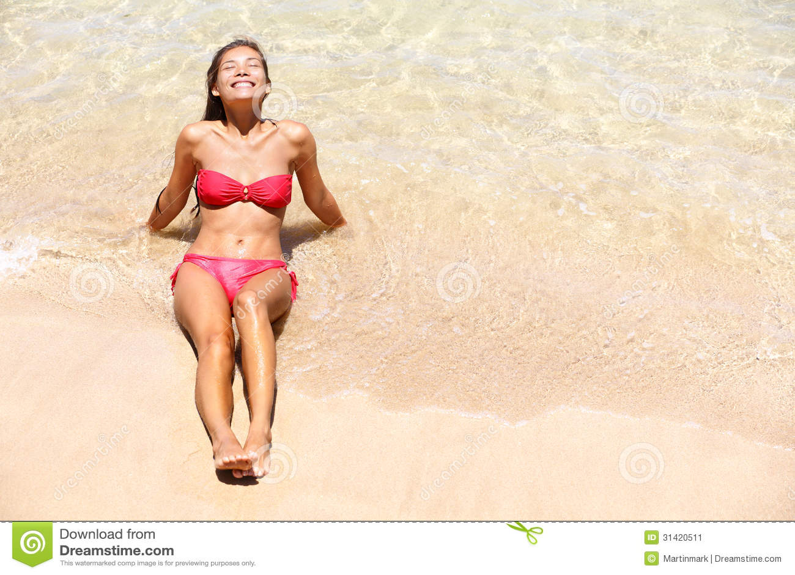 Загорать солнца девушки бикини каникулы пляжа счастливый