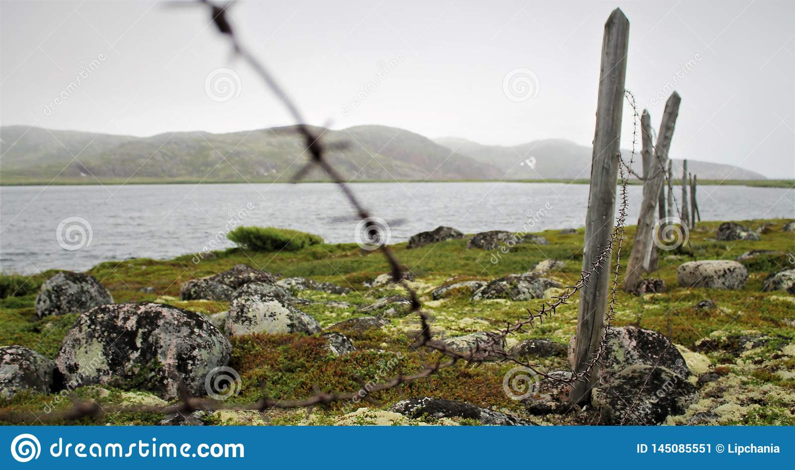 Загородка колючей проволоки на береге