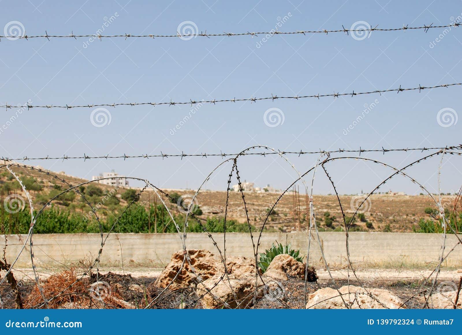 Загородка колючей проволоки на израильско-палестинской границе