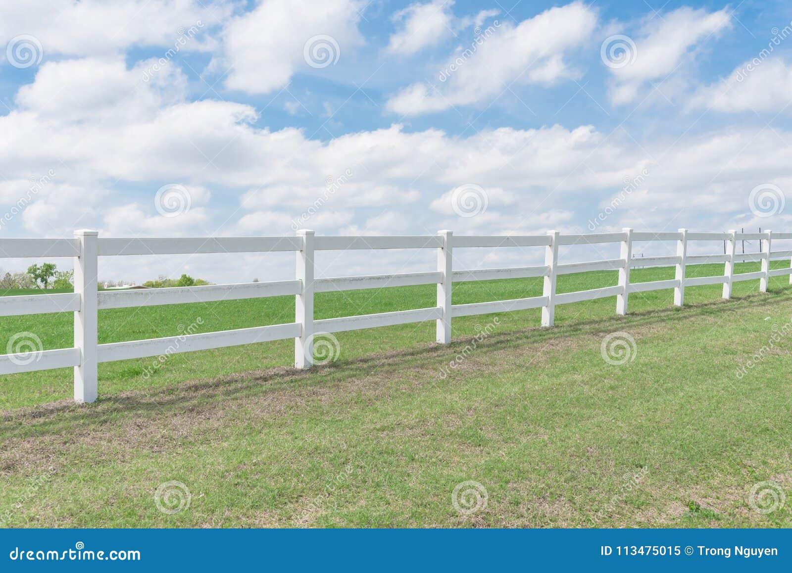 Загородка стиля страны деревянная против неба облака голубого