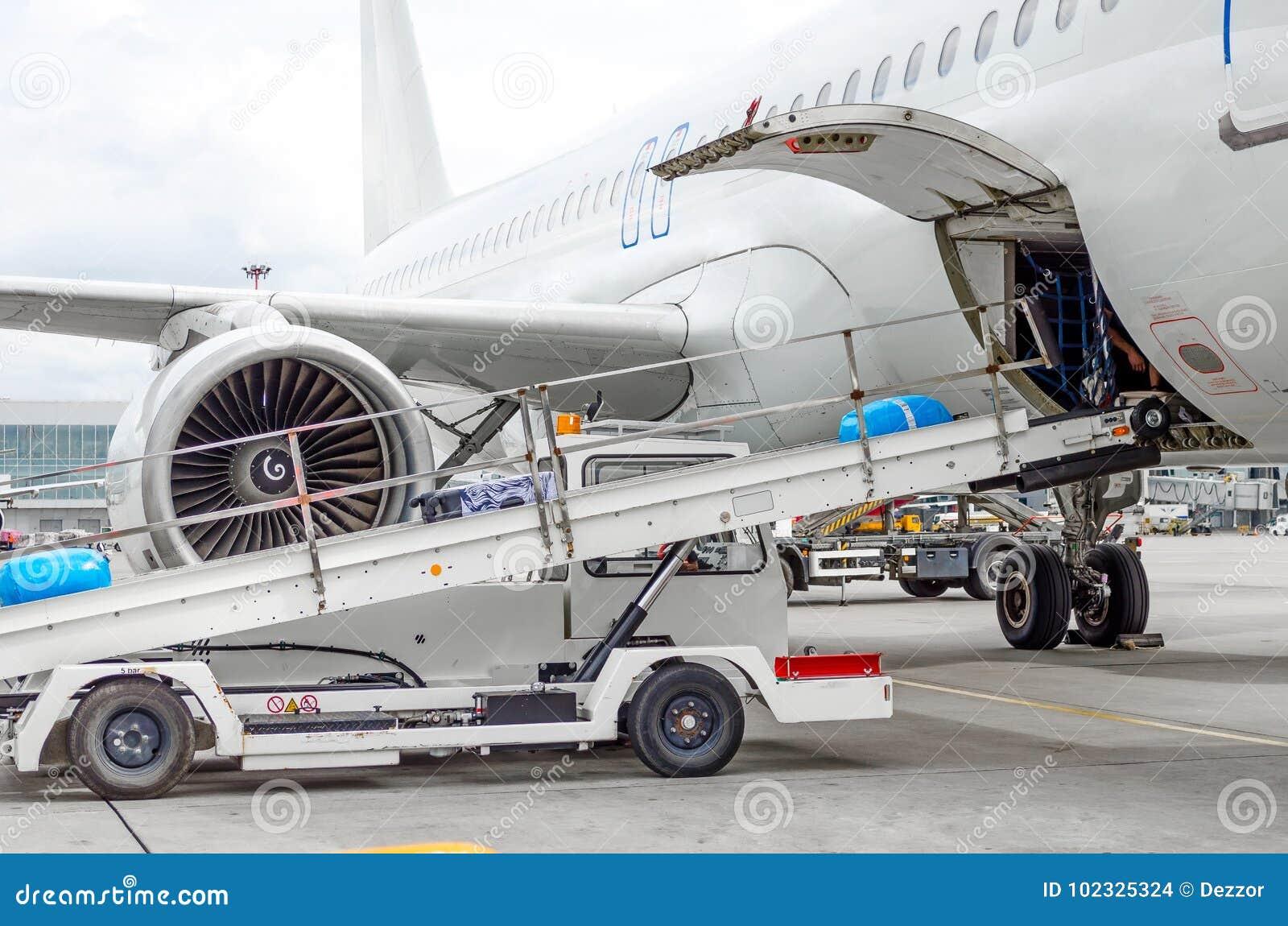 Загрузка пассажирского самолета багажа в залив груза на авиапорте
