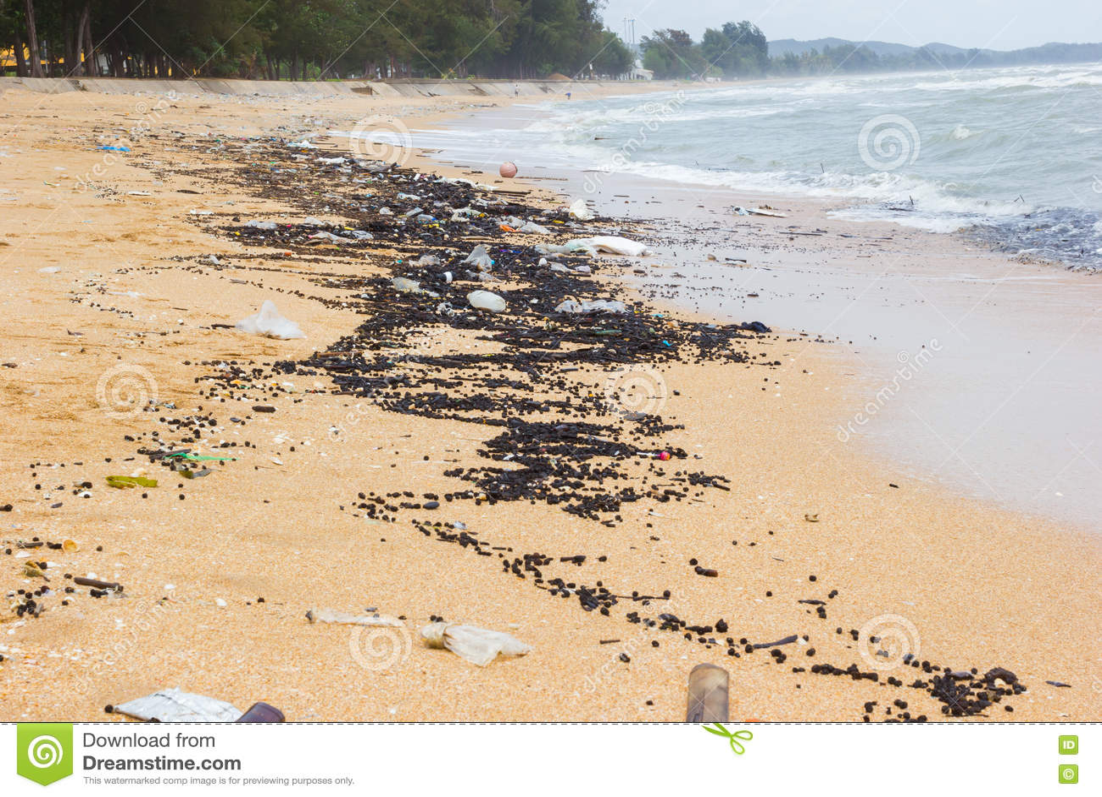 Download Загрязнение на пляже тропического моря, пляжа Chanthaburi, Thail Стоковое Изображение - изображение насчитывающей природа, место: 72292613