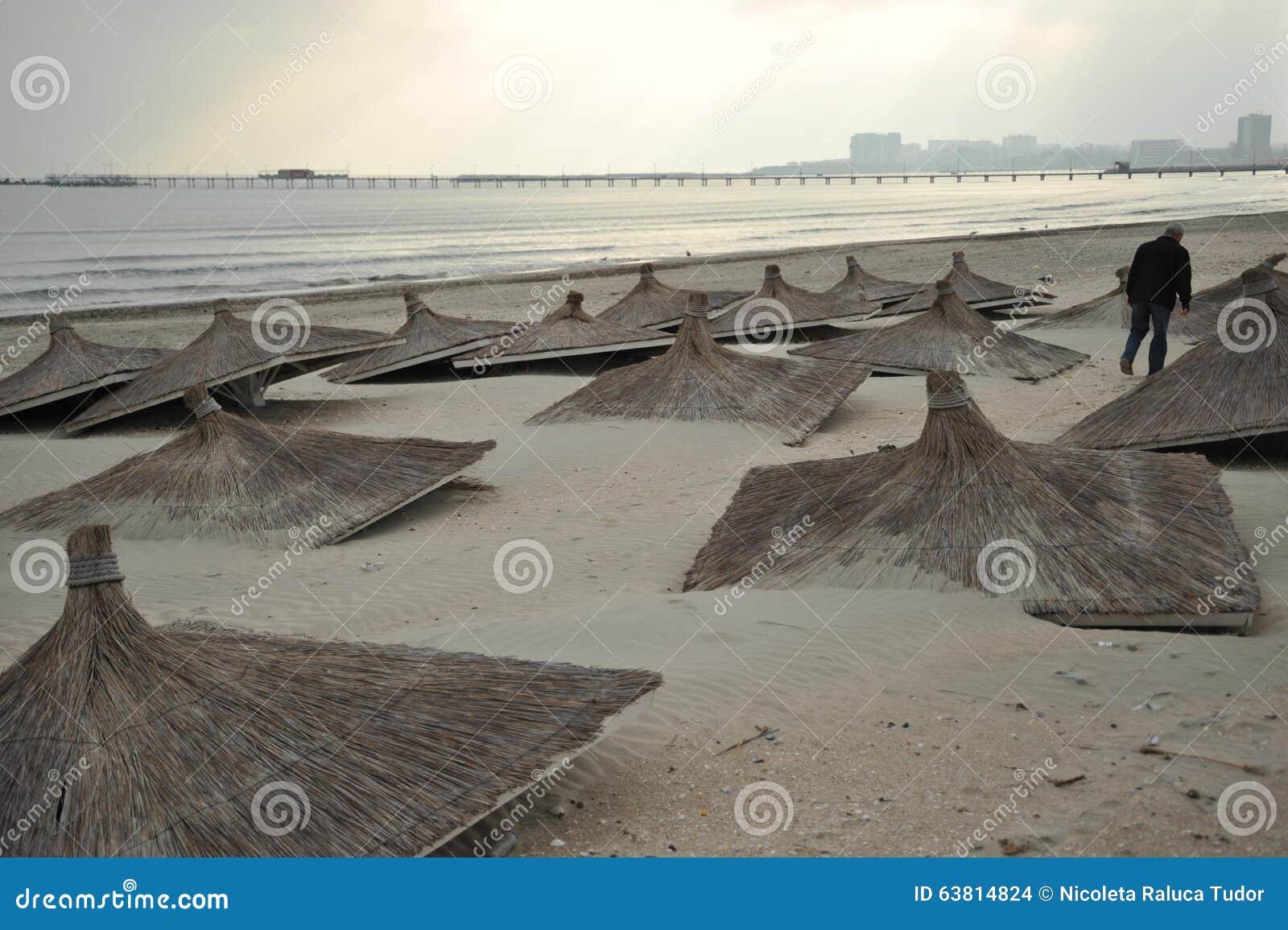 Загрязнянное, пакостное Чёрное море в курорте Constanta, Румынии