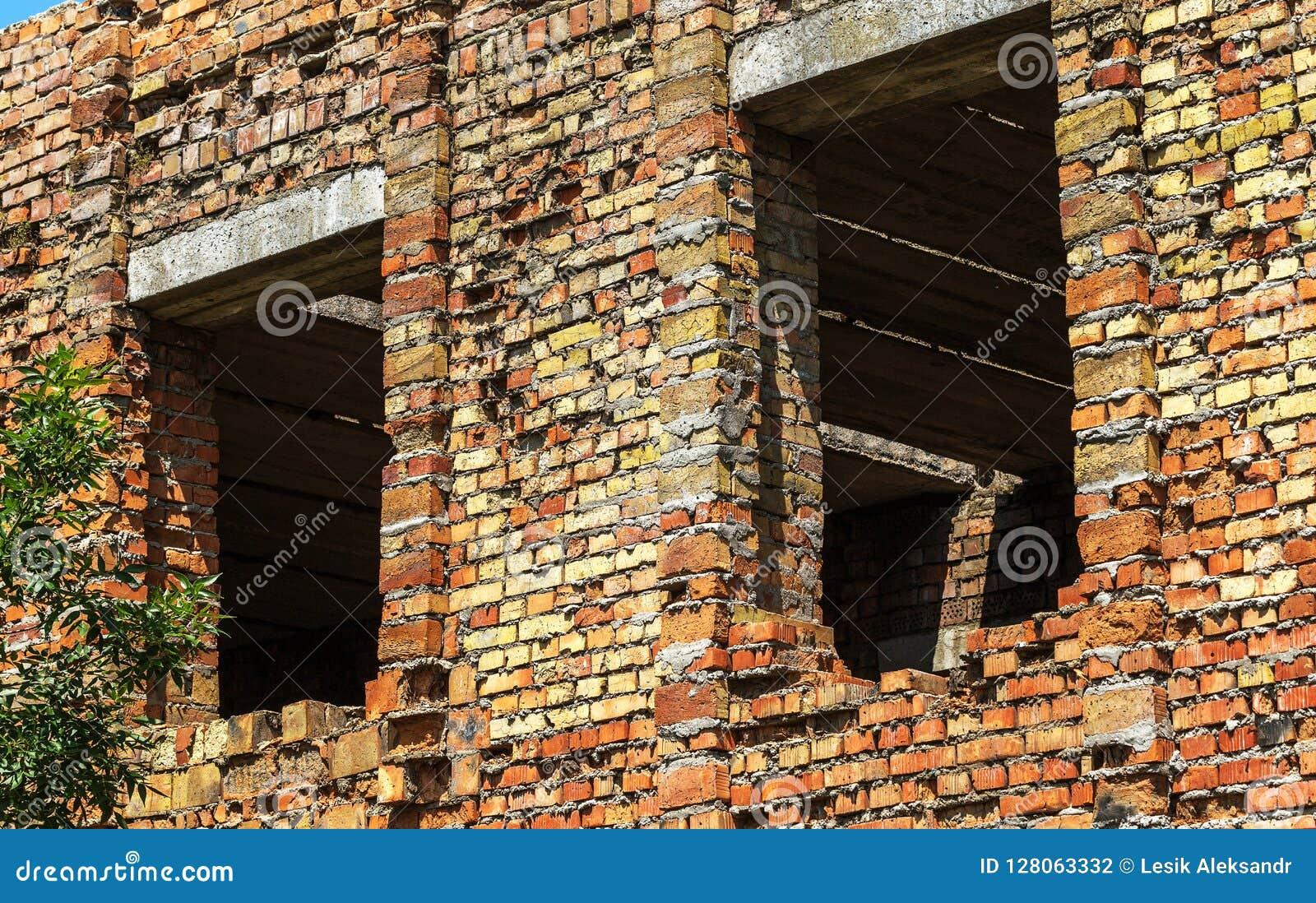 Загубленная стена здания Покинутый к ненужным домам разрушьте Самоуничтожение покинутых зданий Схематически, cri