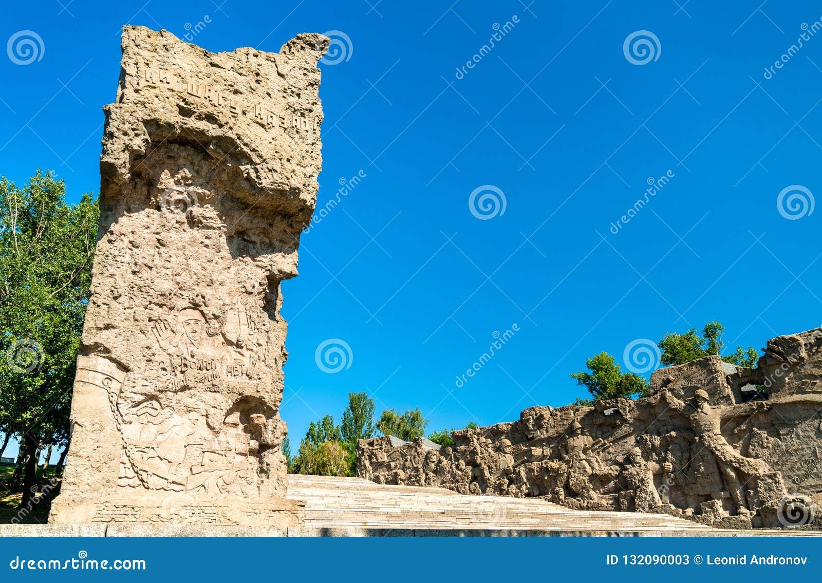Загубленные стены с горельефом на холме Mamayev в Волгограде, России