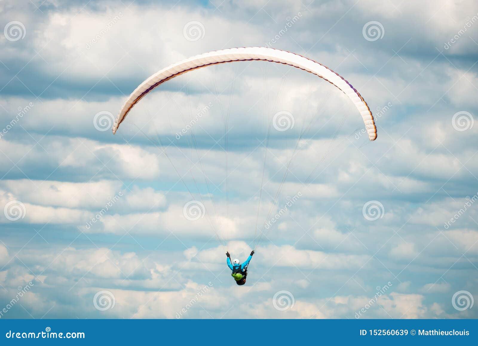 Задняя часть или вид сзади летания параплана