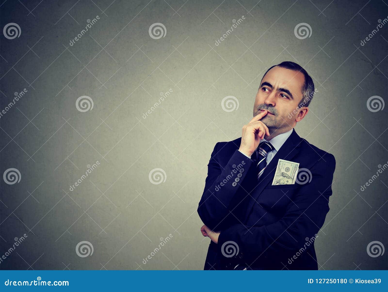 Задумчивый средн-постаретый бизнесмен смотря прочь