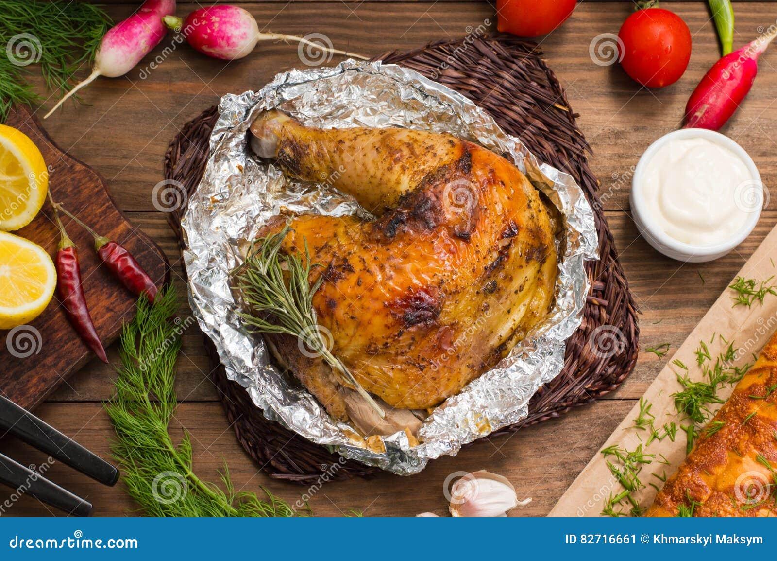 Зажаренная ветчина цыпленка marinated в бальзамическом соусе, пряных итальянских травах и свежем лимоне Поставка ресторана на дер