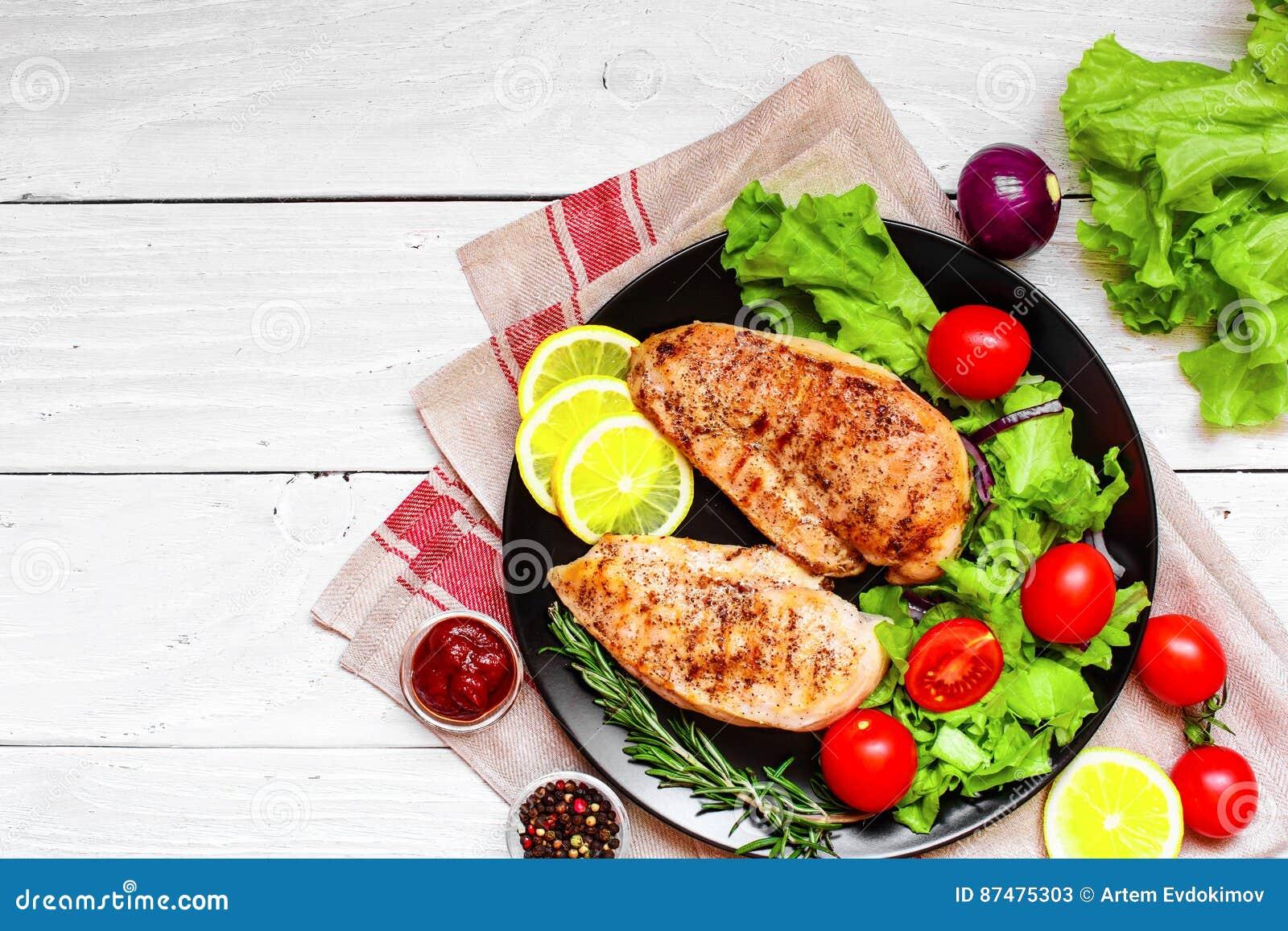 Зажаренная куриная грудка с овощами и травами