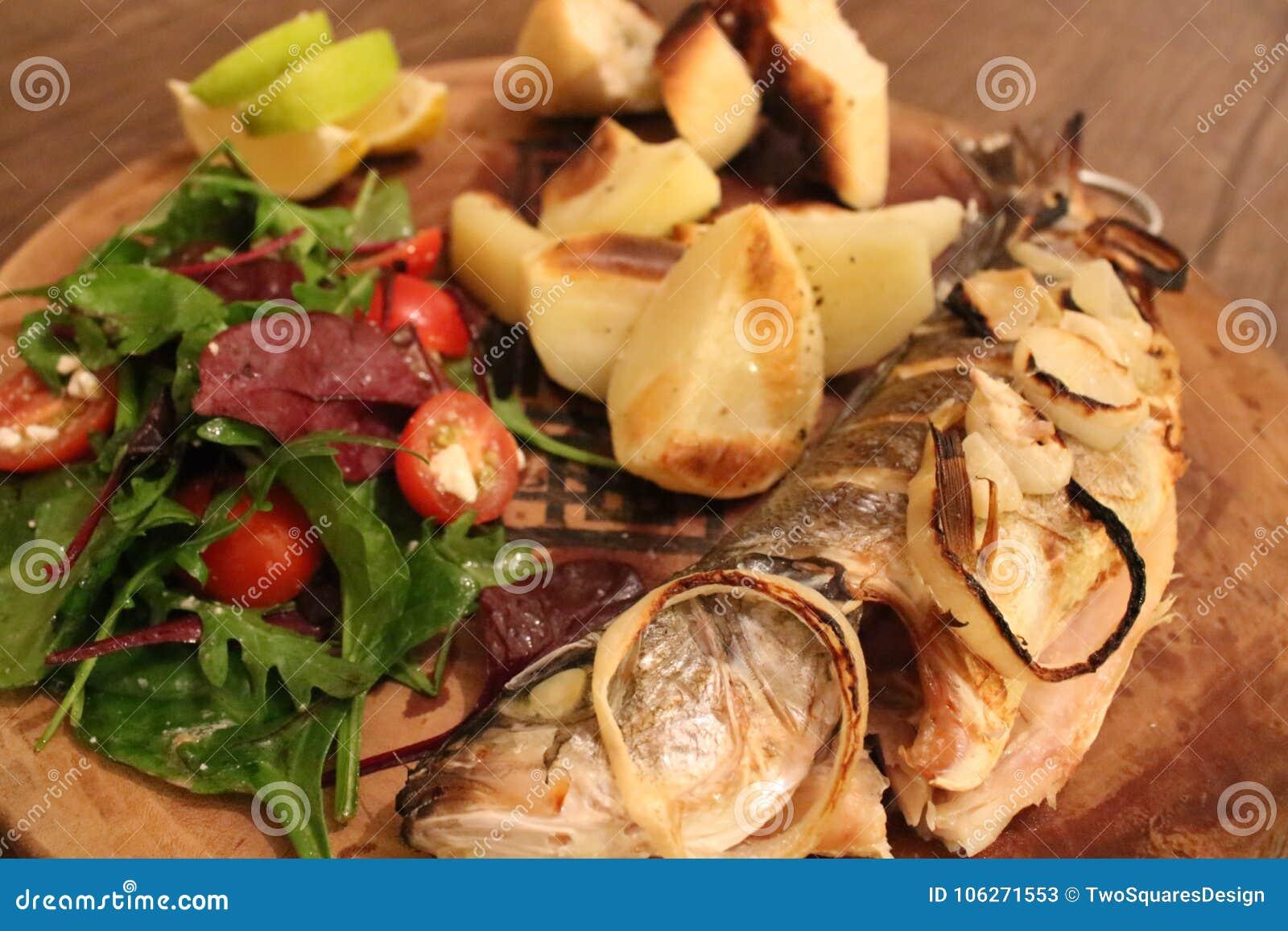 Зажаренная рыба с салатом